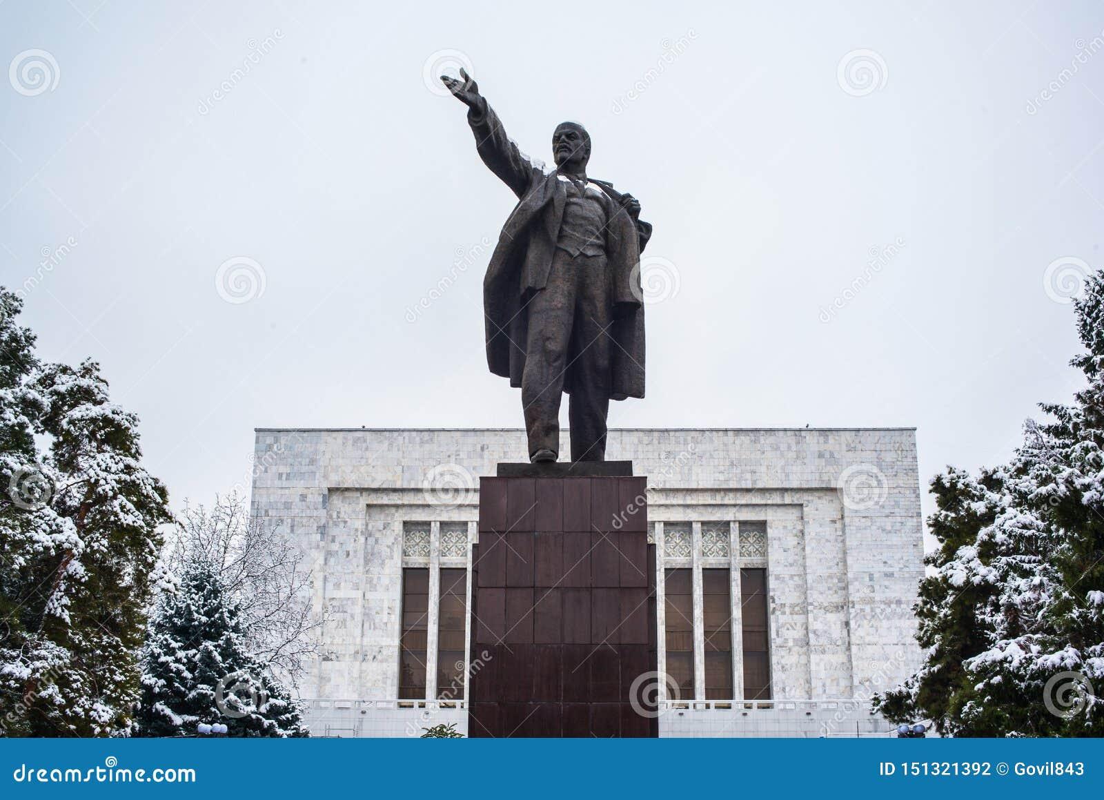 BISHKEK, KIRGISTAN: Vladimir Lenin statua lokalizować za muzeum narodowym