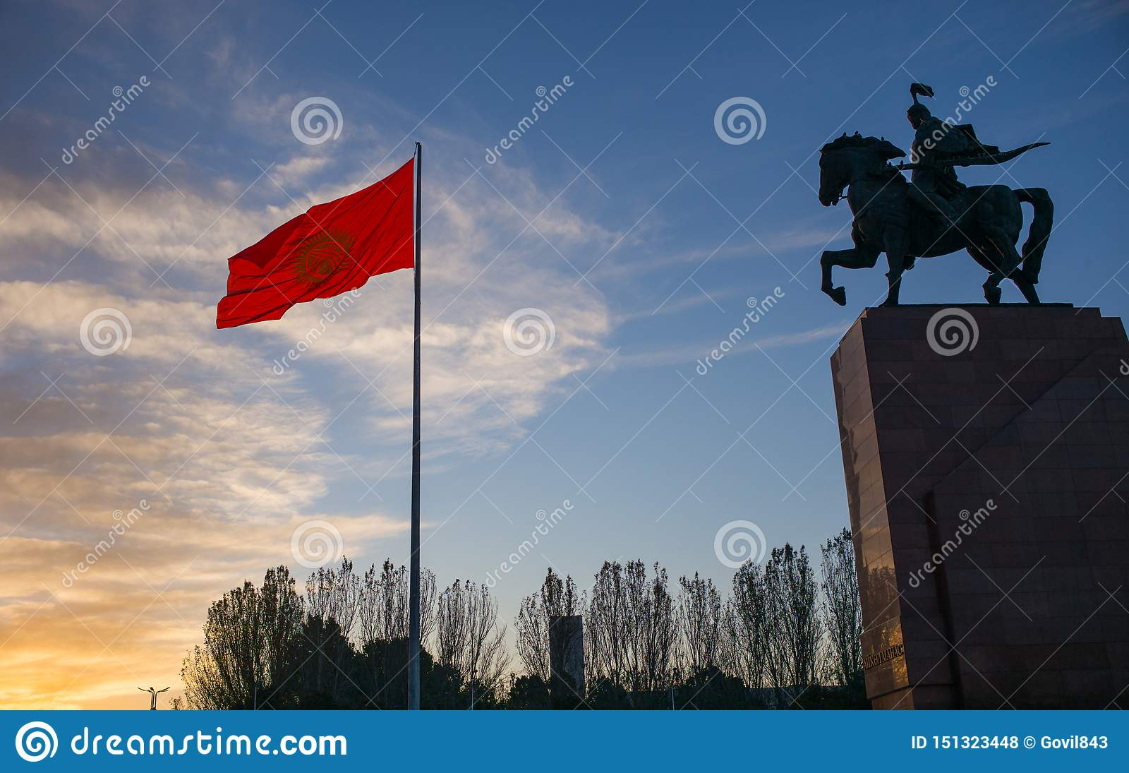 Bishkek, Kirgistan: Zabytek dla Manas, bohater antyczne kyrgyz epopeje wraz z obywatela Kirgistan flagą na Bishkek centrali Al,