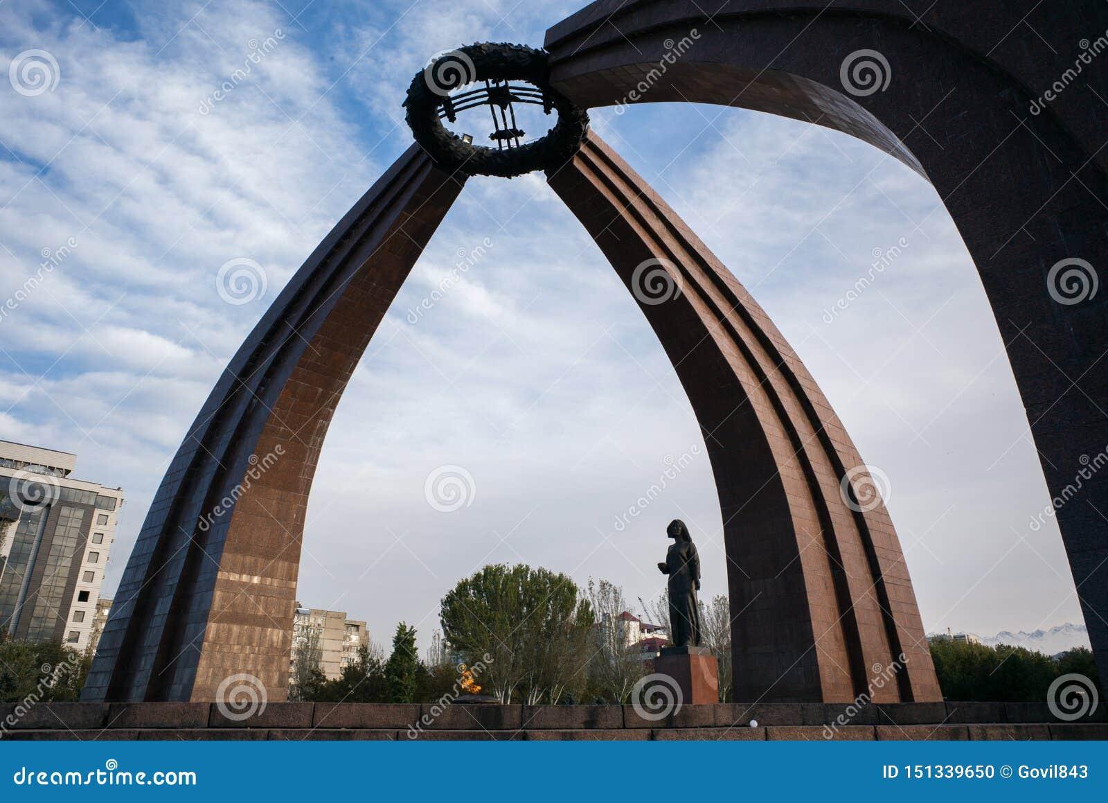 BISHKEK, KYRGYZSTAN: Monument van Overwinning in Biskek, hoofdstad van Kyrgyzstan