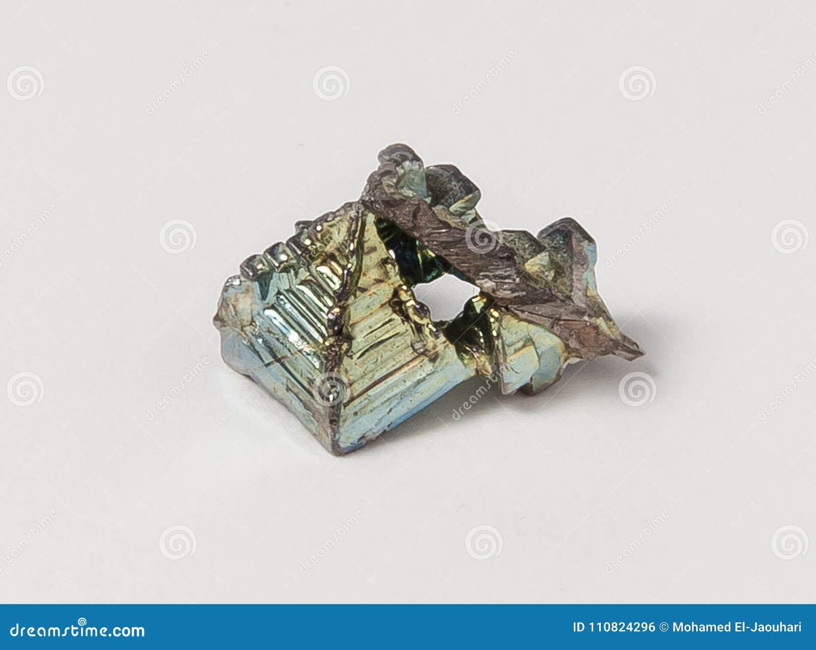 Bismuto do minério no fundo branco