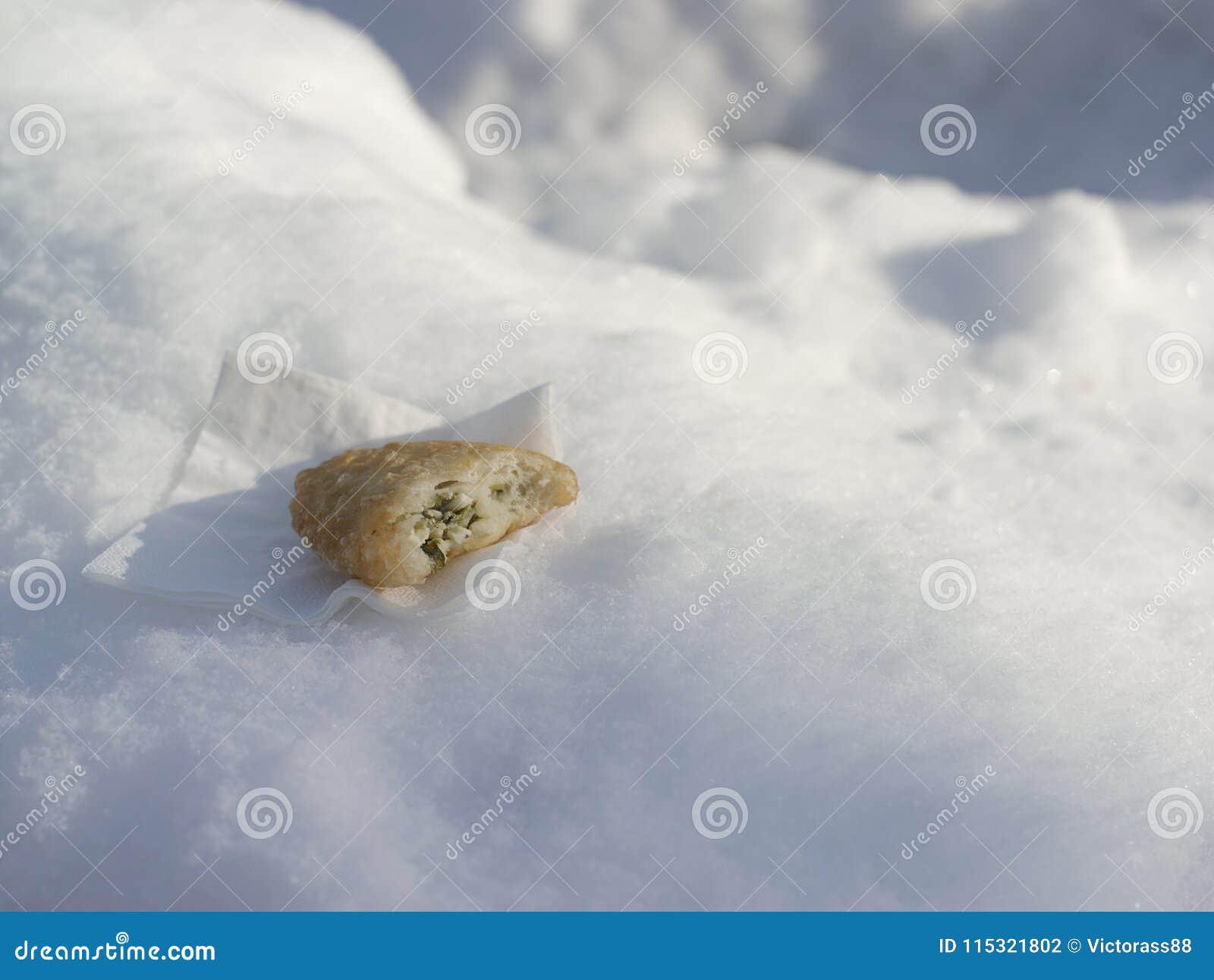 Biss des Lebensmittels auf Schnee