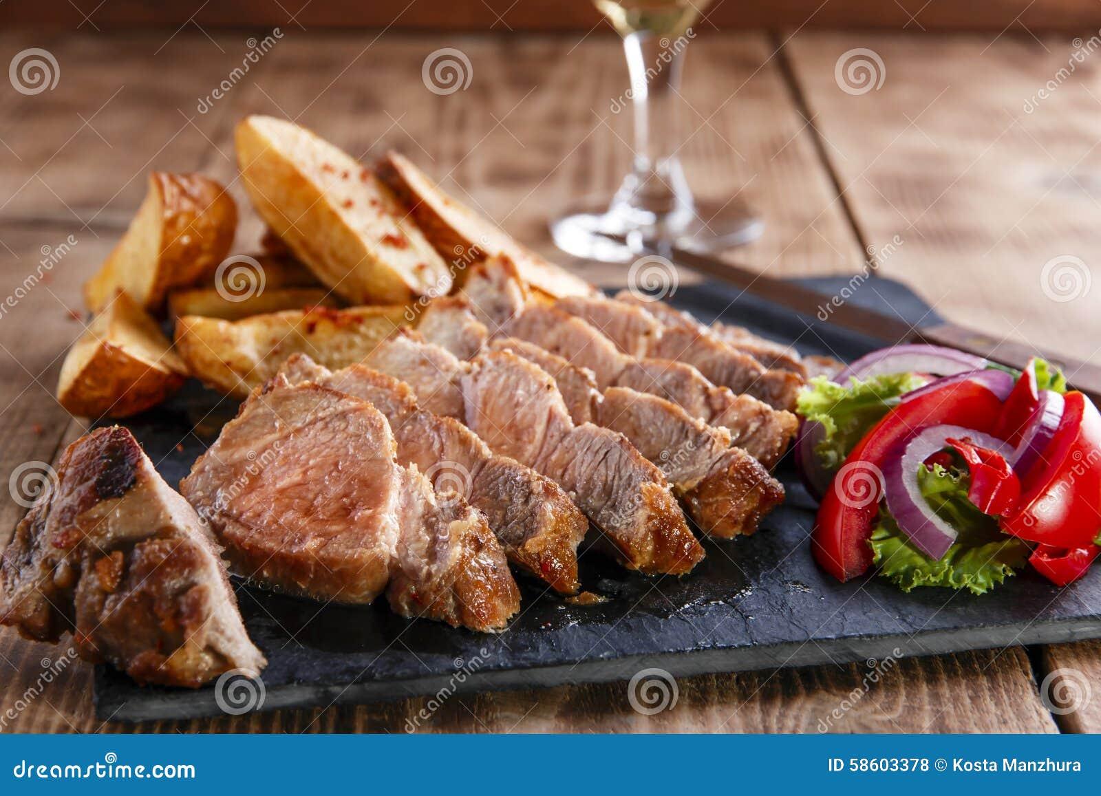 Bistecca affettata della carne di maiale con le patate