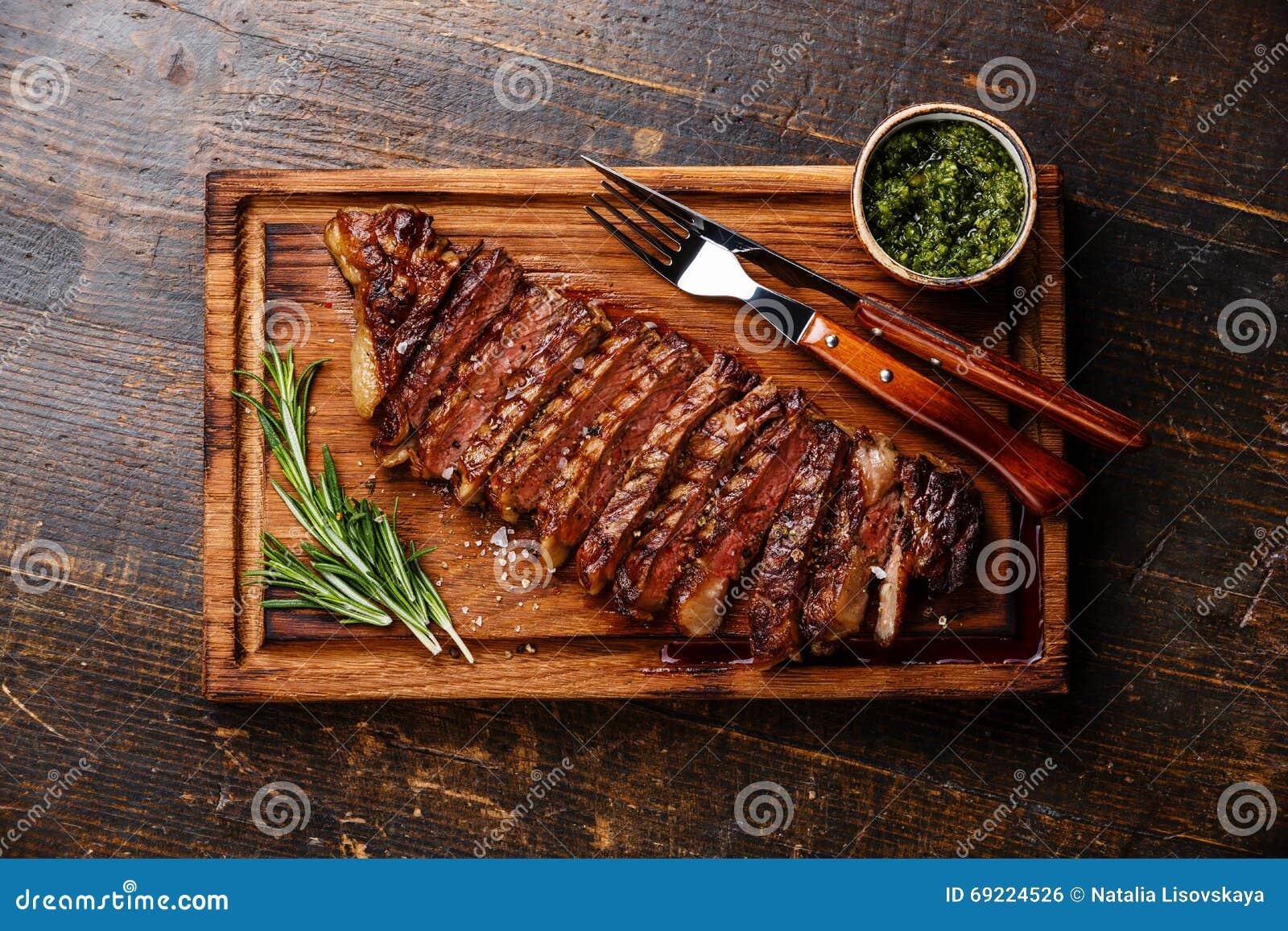 Bistecca arrostita affettata di Striploin con la salsa di chimichurri