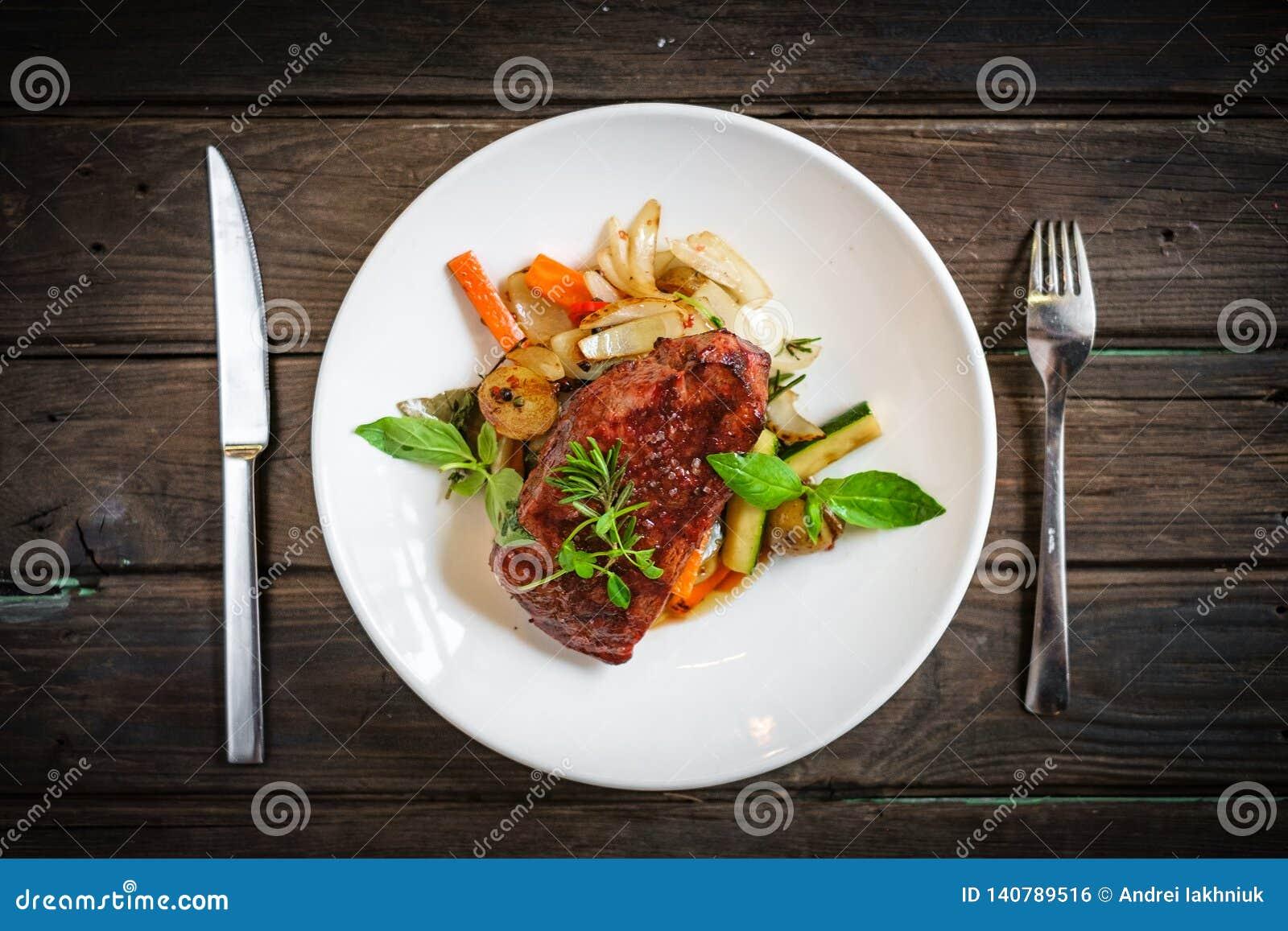 Bistecca arrostita di Striploin con le verdure sul piatto