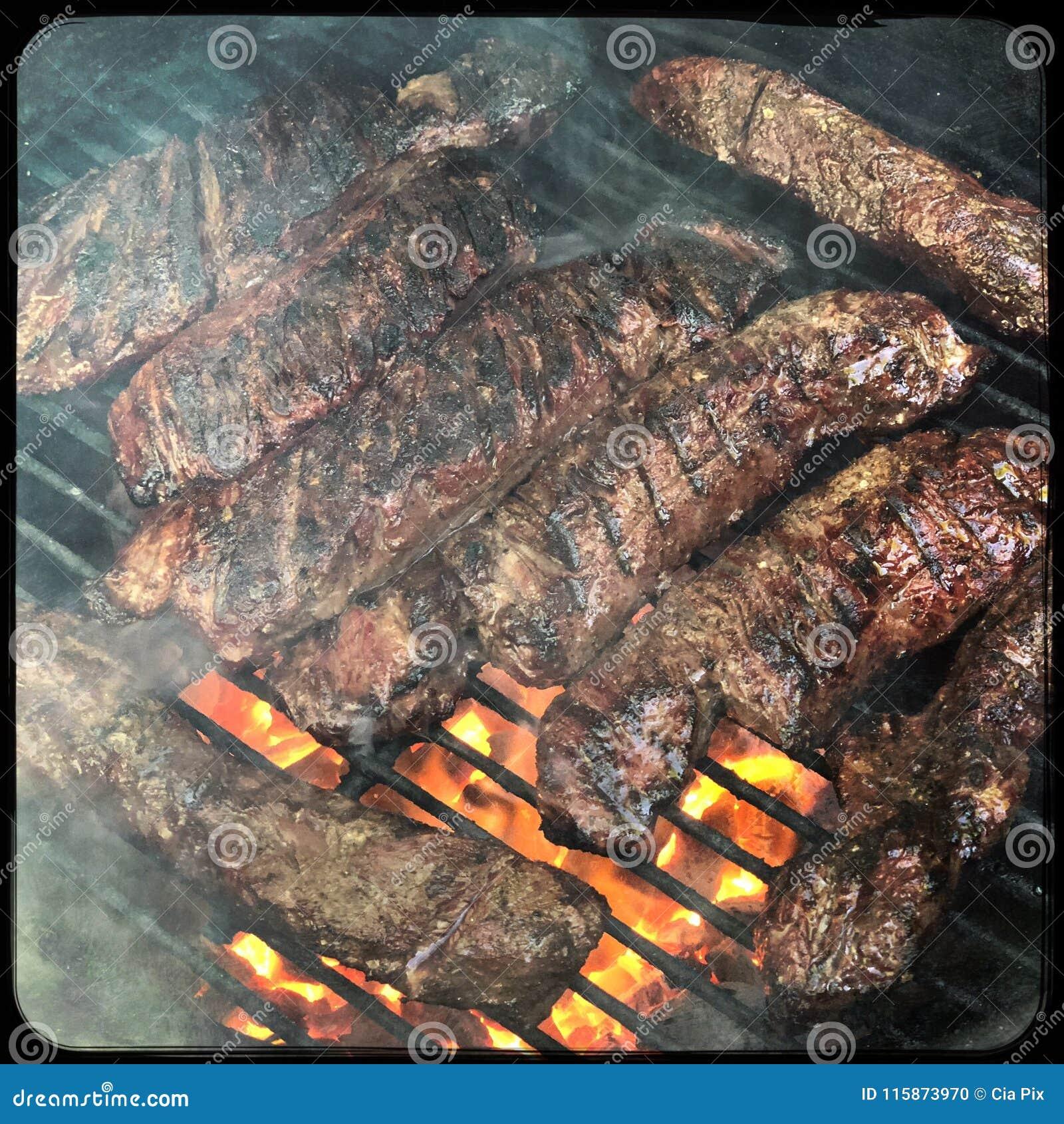 Bistecca del gancio sulla griglia del barbecue