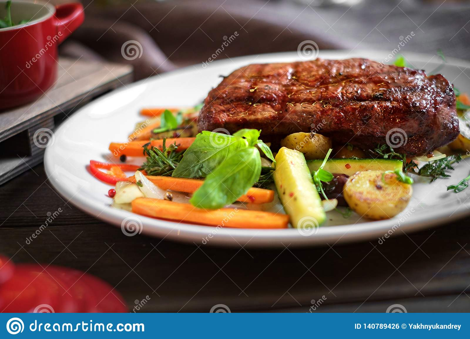 Bistecca di manzo arrostita di Chuck con le verdure sul piatto