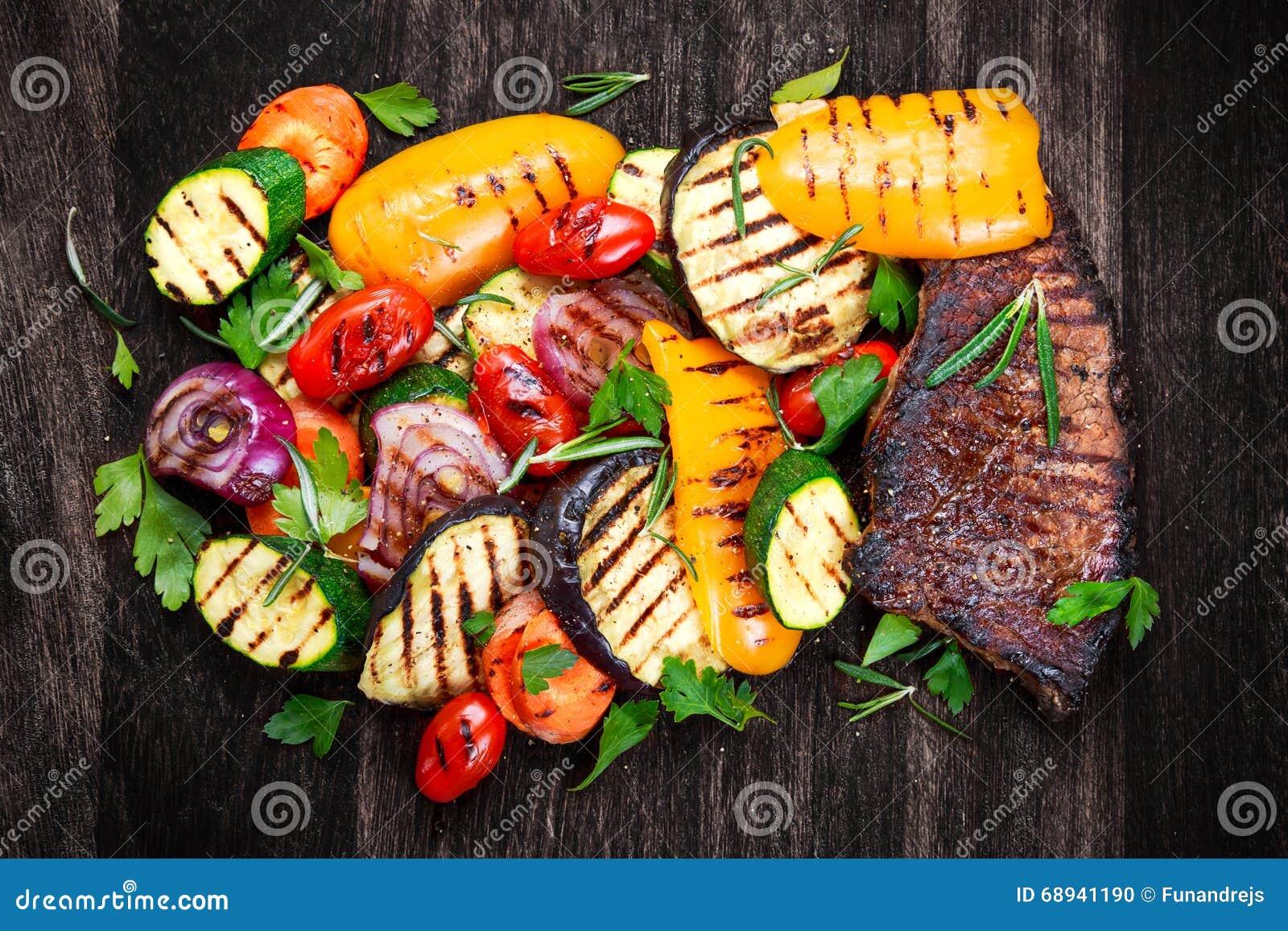 Bistecca di manzo e verdure arrostite Sul taglio del fondo scuro del bordo