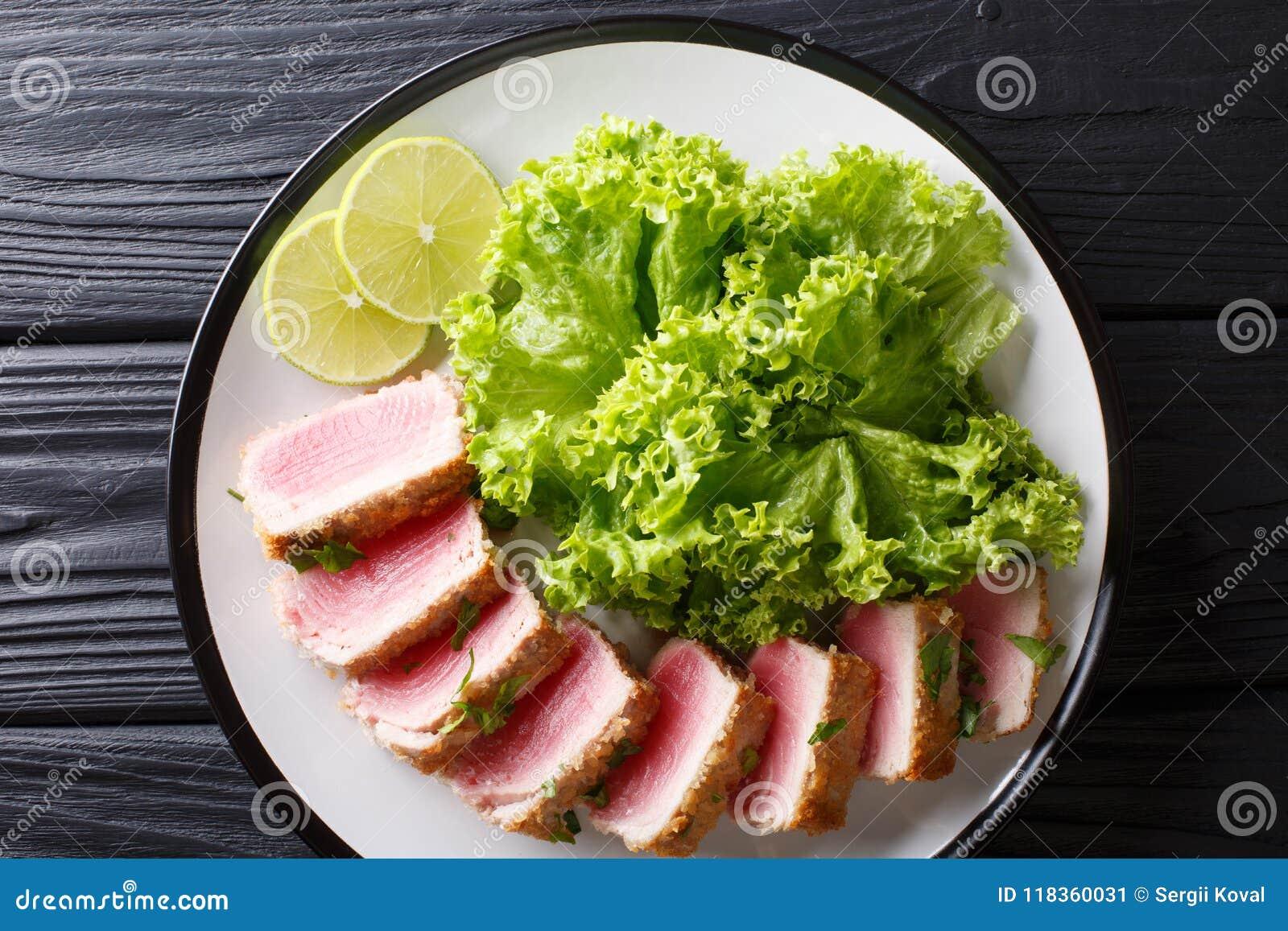 Bistecca di tonno affettata deliziosa fritta nell impanare servito con la foglia s