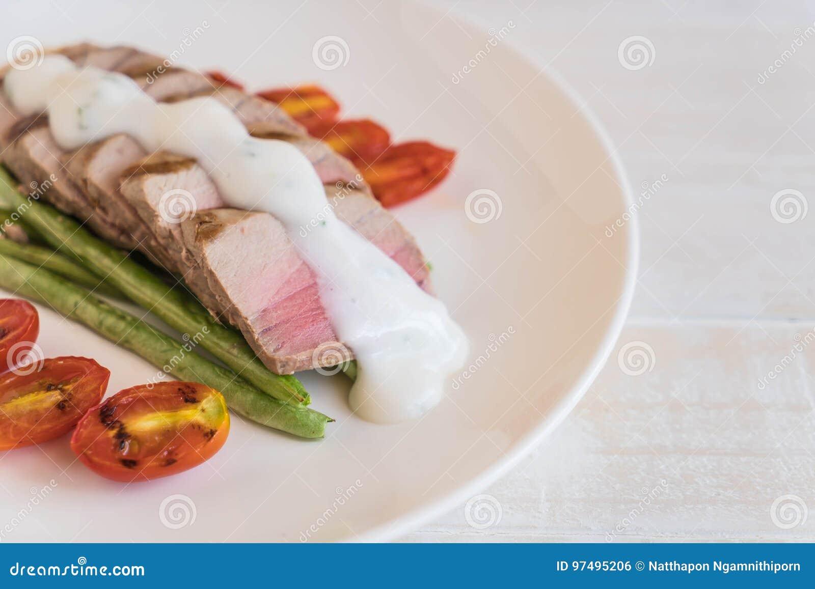 Bistecca di tonno con insalata