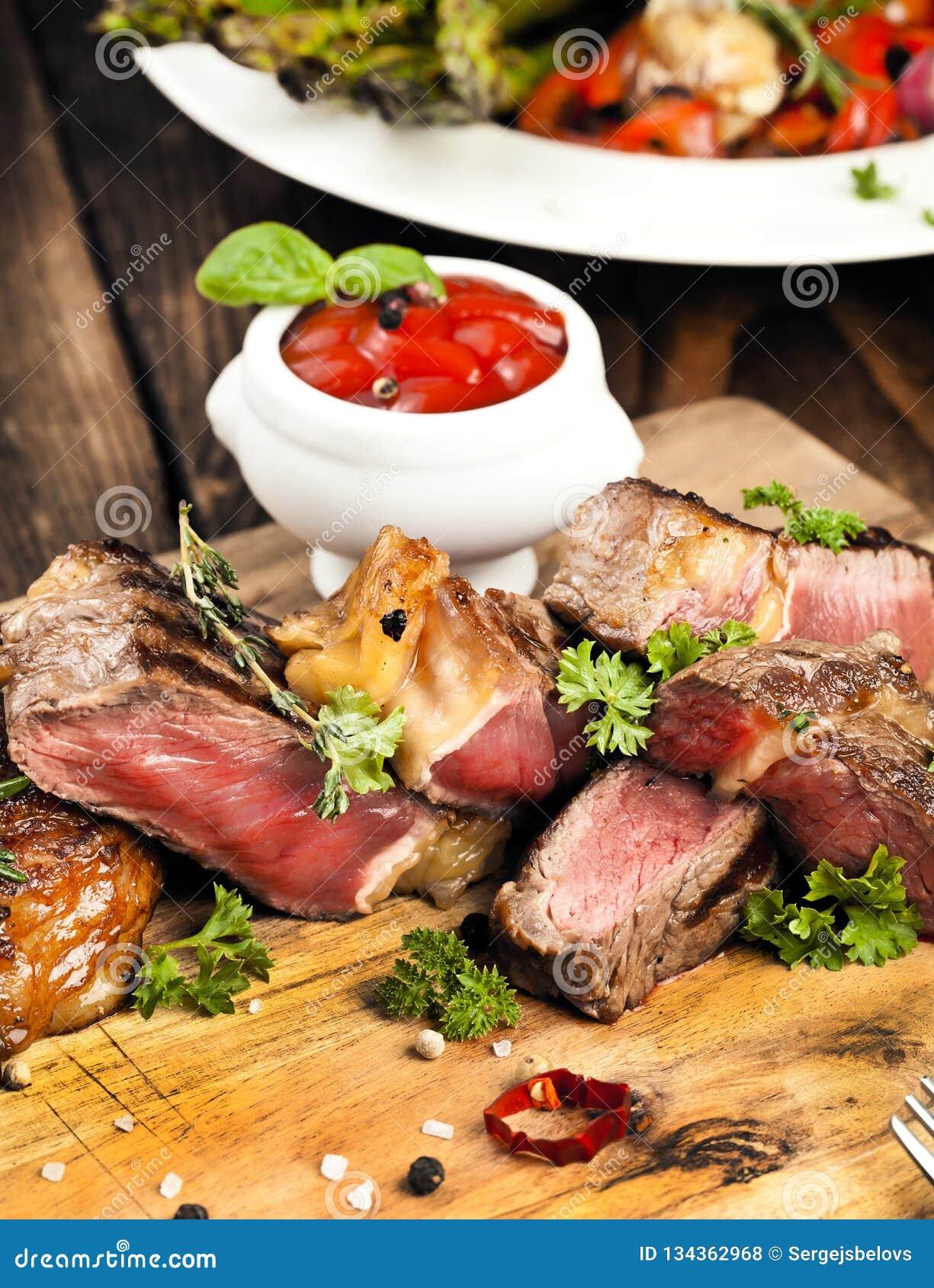 Bistecca, erbe e spezie di manzo arrostita del ribeye Vista superiore