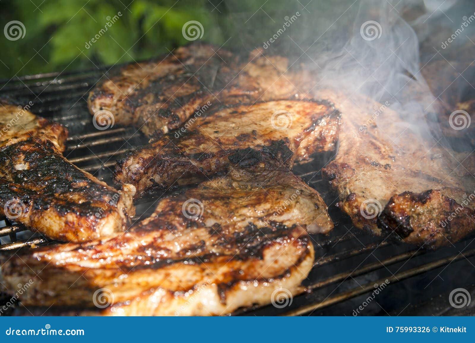 Bistecche del petto su una griglia