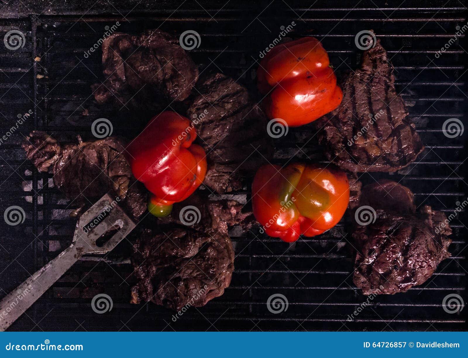 Bistecche e verdure sulla griglia del bbq del carbone