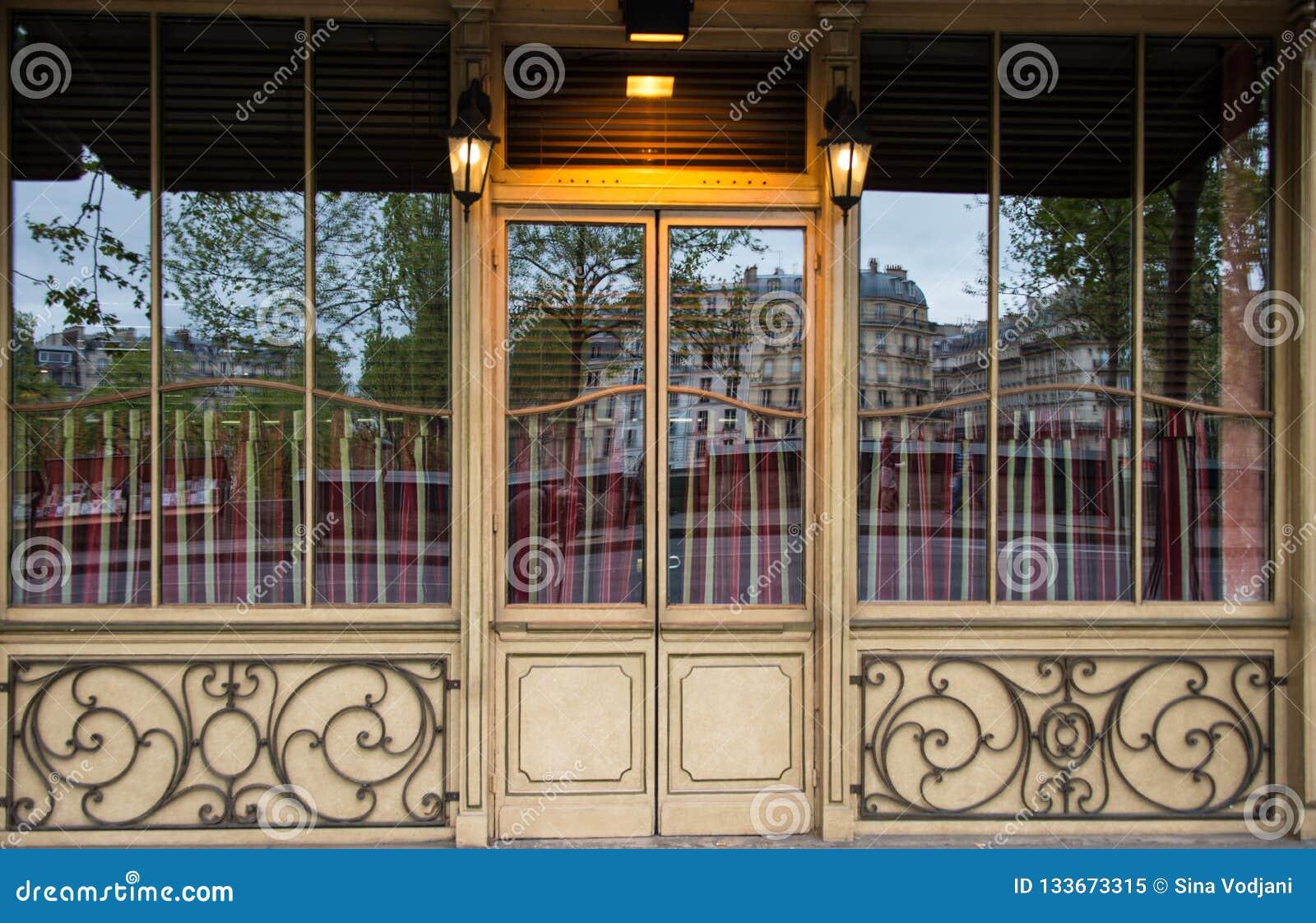 Bistros Café cerca de la reflexión del Sena París en la ventana