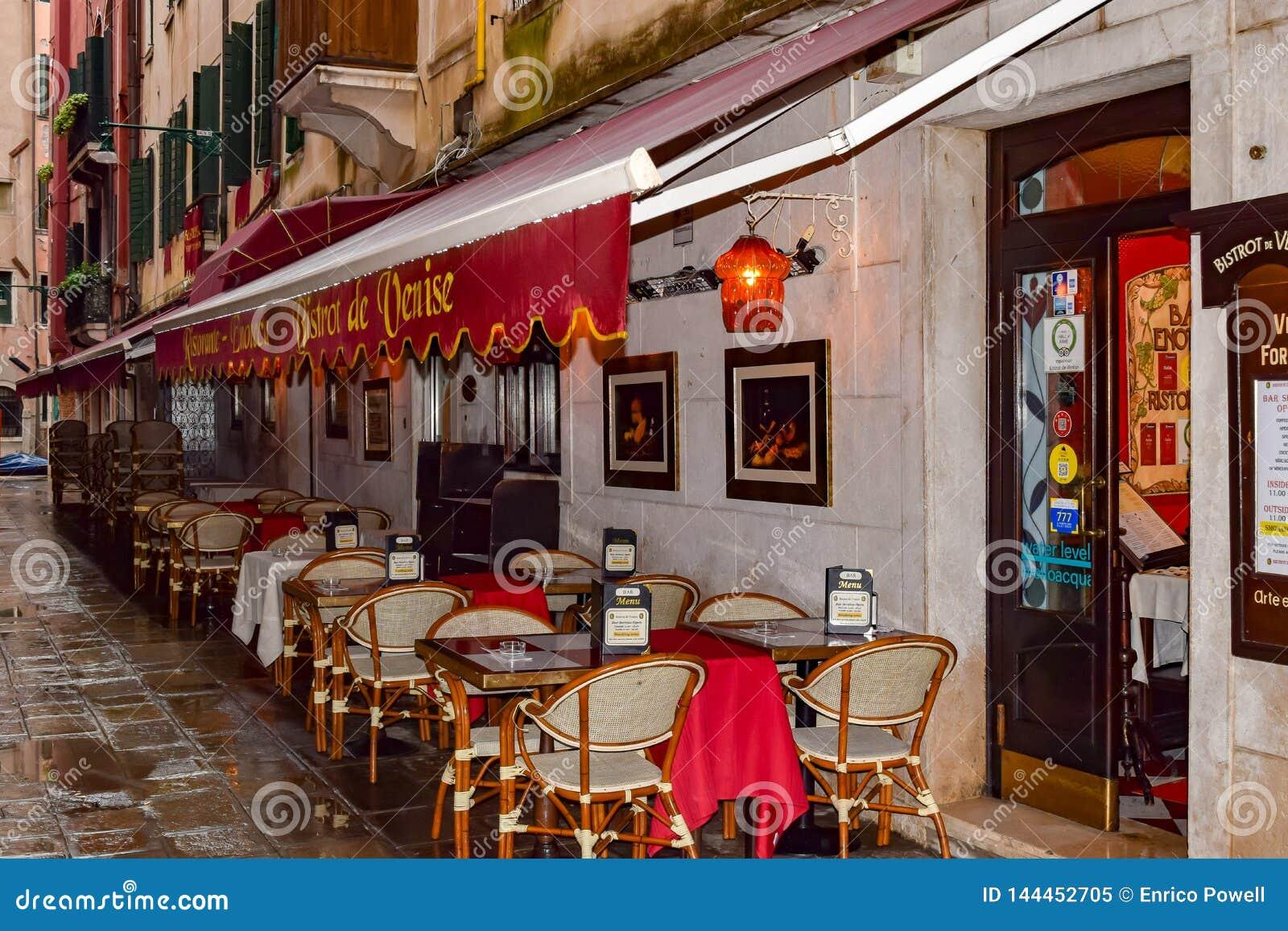 Bistrot de Venise Traditionelle romantische speisende italienische Bistrorestauranteinstellung im Freien