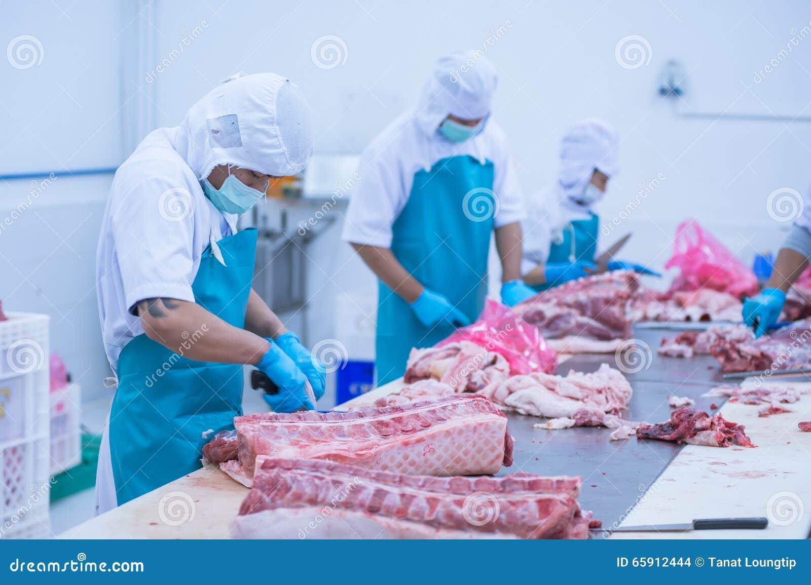 Bitande köttslakthusarbetare i fabriken