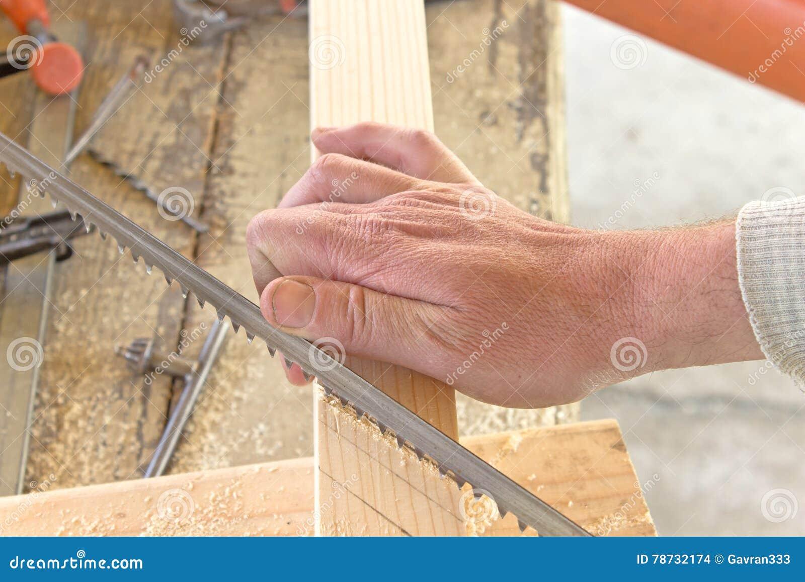 Bitande trä för hand med en handsåg