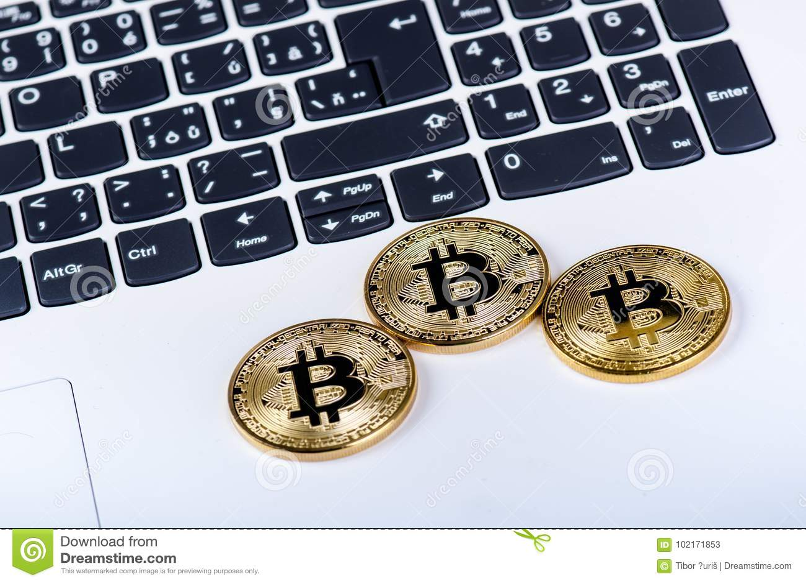 Bitcoin在白色膝上型计算机键盘铸造  计算机 投资情况 新的真正货币 多数可贵的cryptocurrency