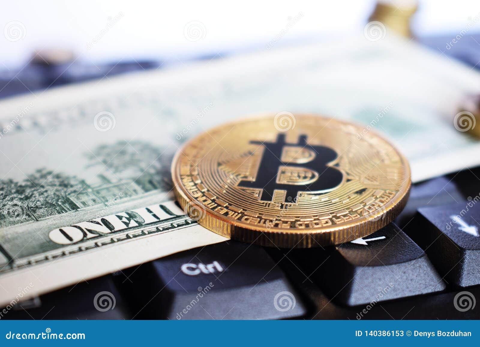 Bitcoin στο πληκτρολόγιο compuer στο υπόβαθρο, το σύμβολο των ηλεκτρονικών εικονικών χρημάτων και την έννοια cryptocurrency μεταλ