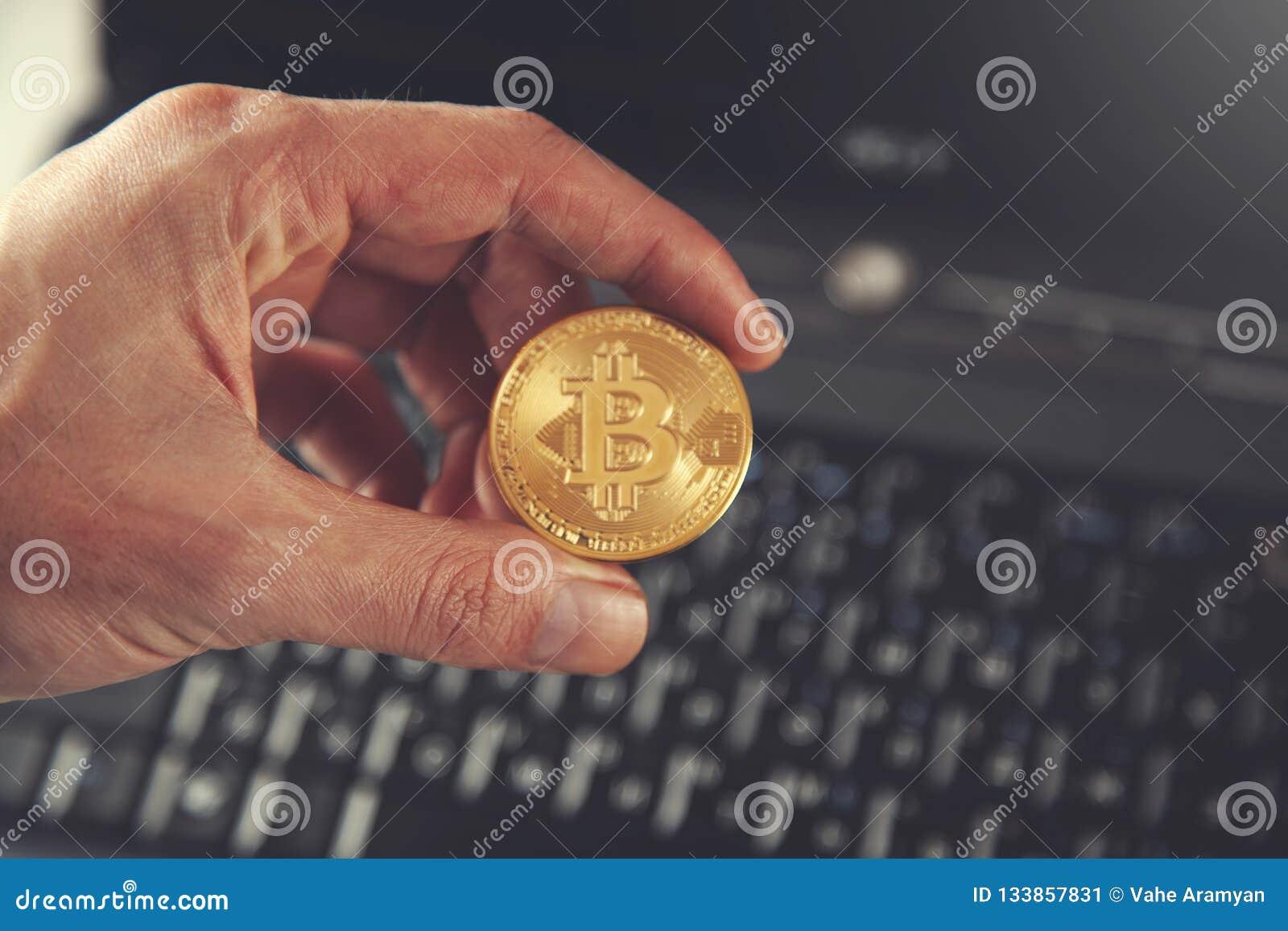 Bitcoin руки человека с клавиатурой