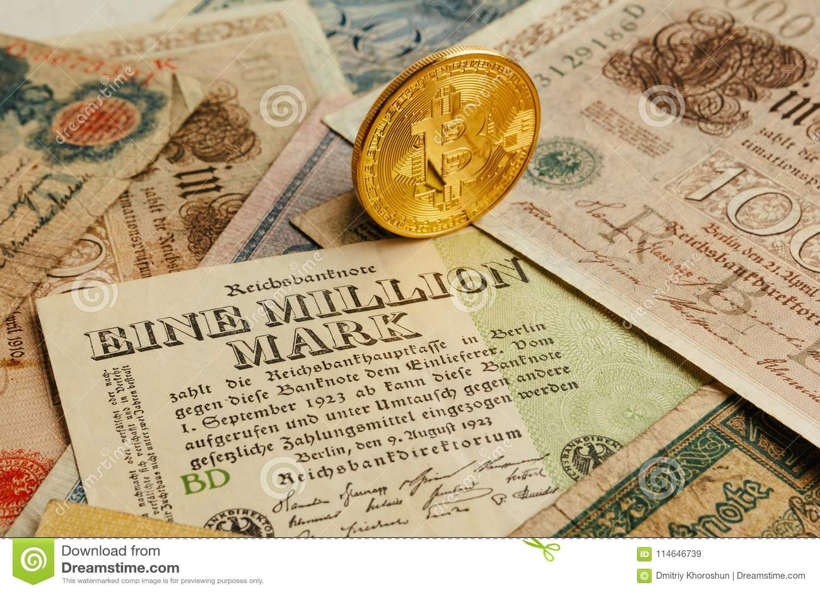 Bitcoin com dinheiro velho de deutsch Inflação do dinheiro Fundo do conceito de Cryptocurrency Close up com espaço da cópia