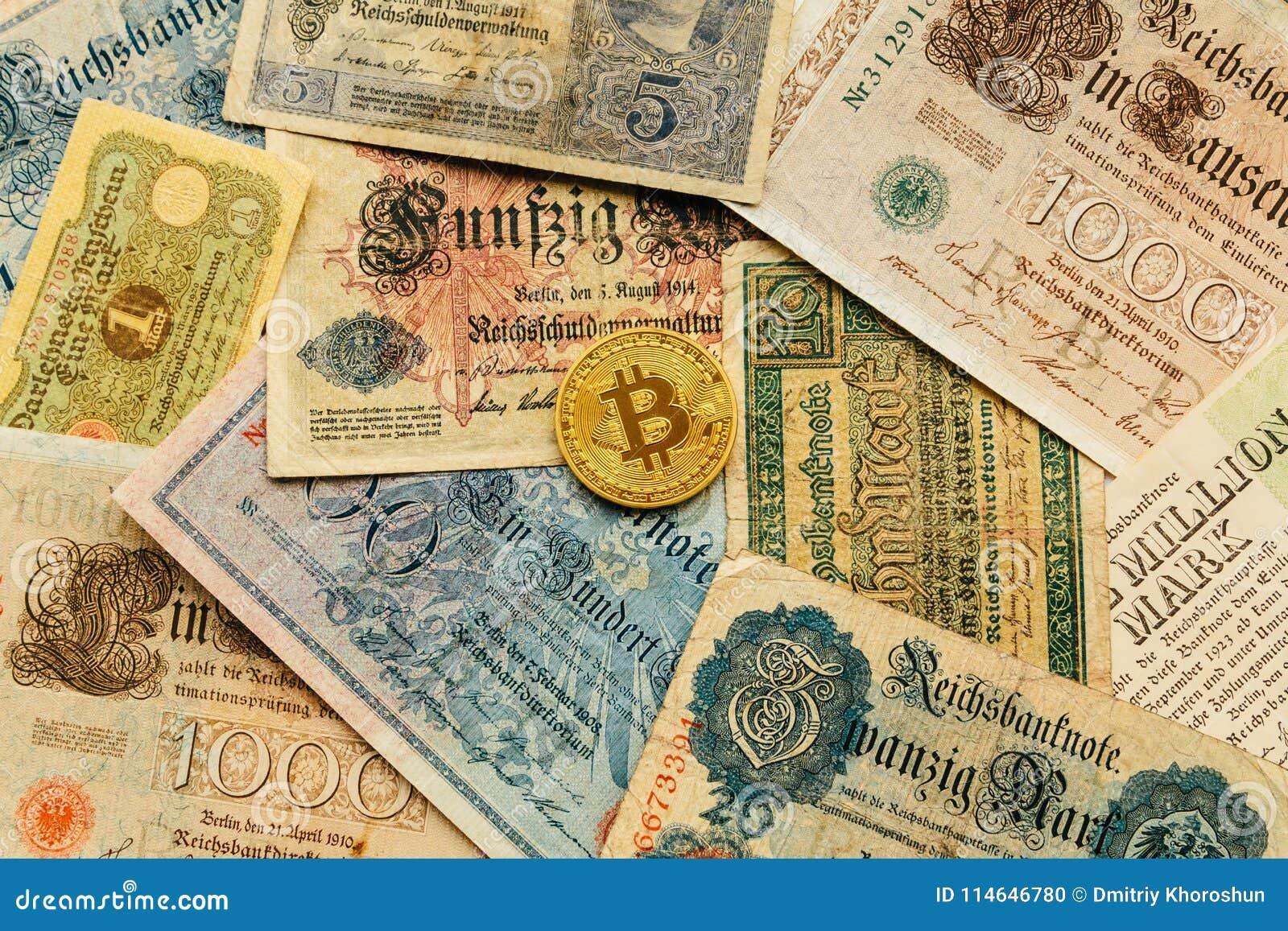 Bitcoin con el dinero viejo de deutsch Fondo del concepto de Cryptocurrency Blockchain Primer con el espacio de la copia