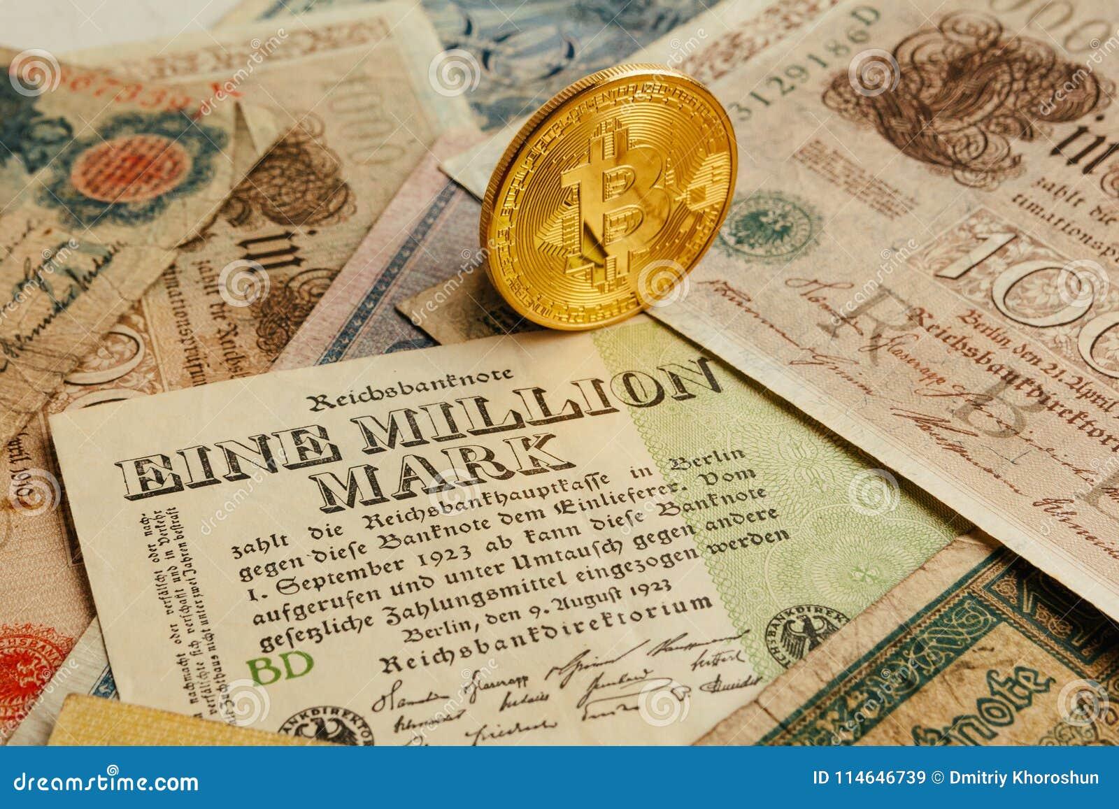 Bitcoin con el dinero viejo de deutsch Inflación del efectivo Fondo del concepto de Cryptocurrency Primer con el espacio de la co