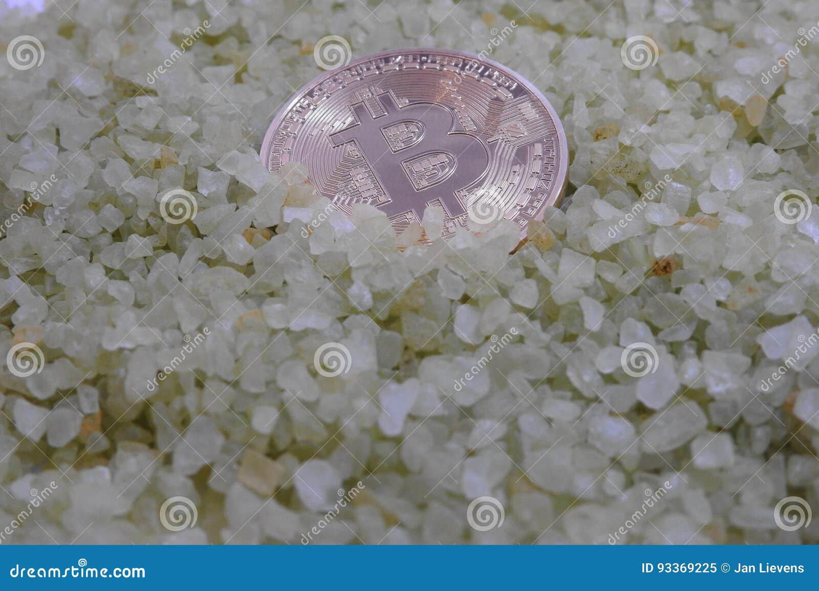 Bitcoin de oro en pequeñas rocas