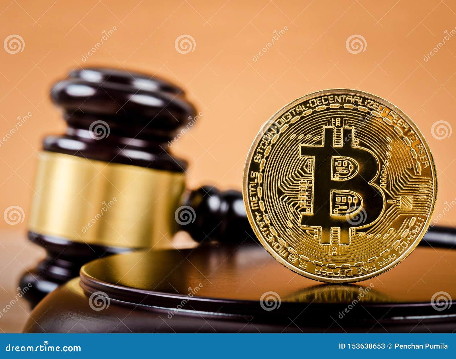 Bitcoin dorato sul piedistallo di legno del martelletto del giudice