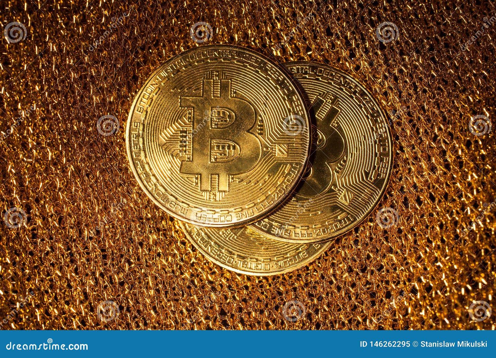 Bitcoin em um fundo do ouro