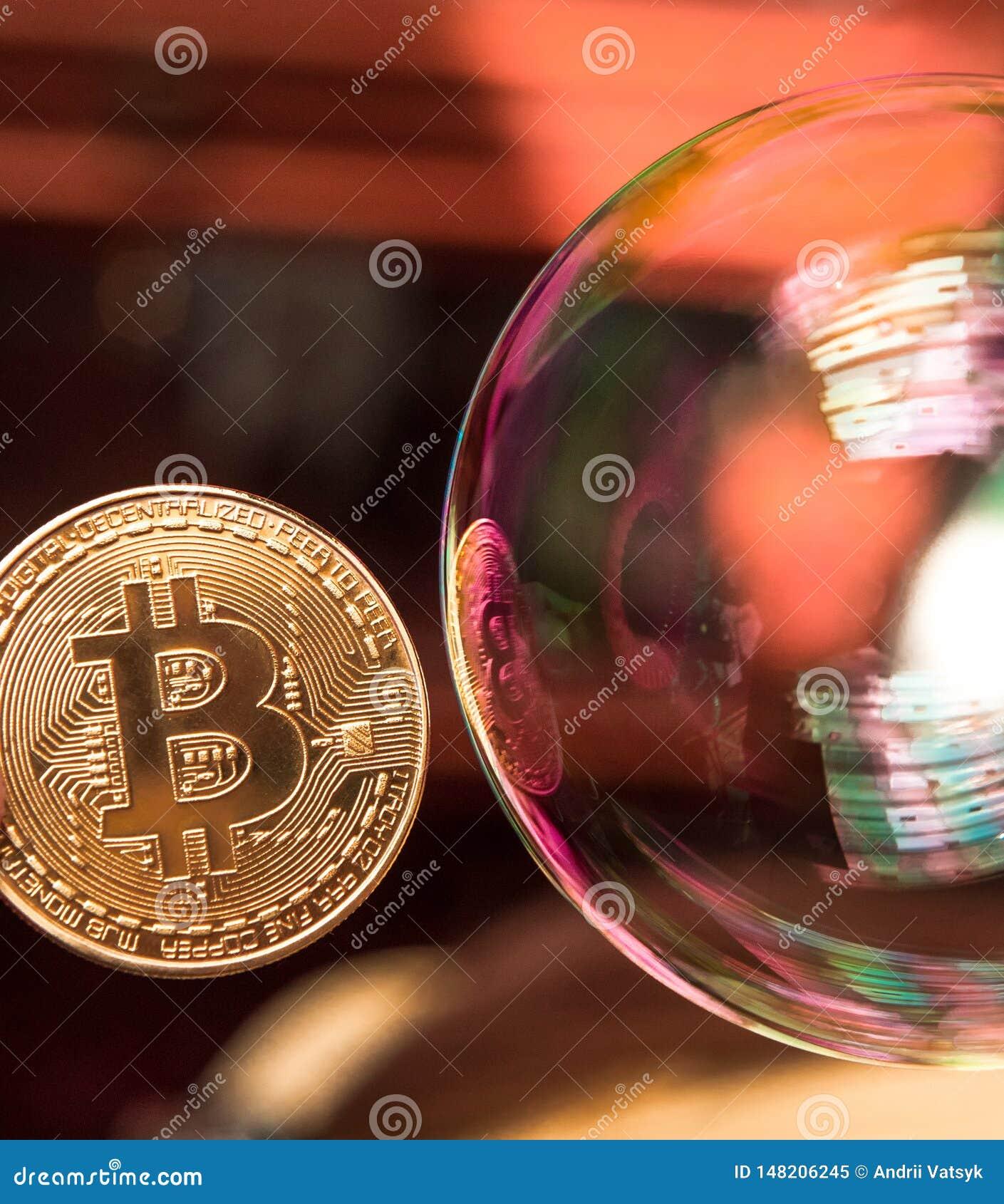 Bitcoin en de bel als abstract symbool van de risico s van een digitale munt en een mogelijke instorting en abrupte verandering v