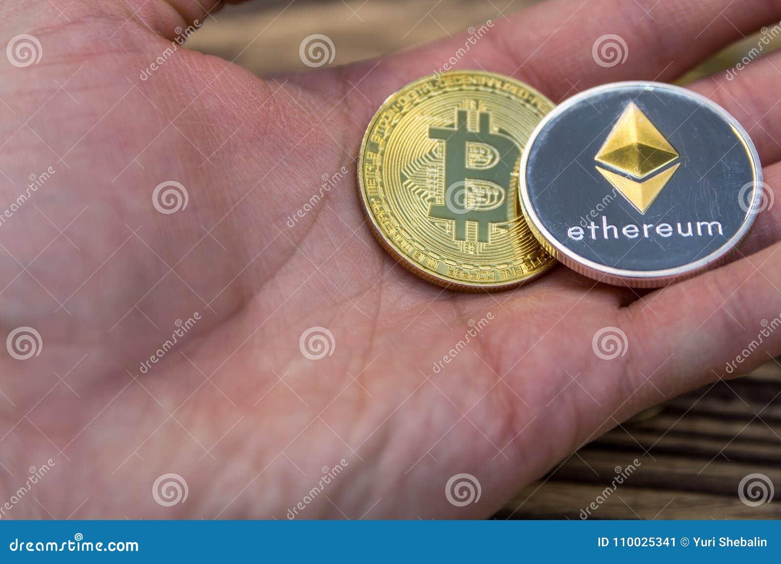Bitcoin en ethereum liggen bemannen handclose-up