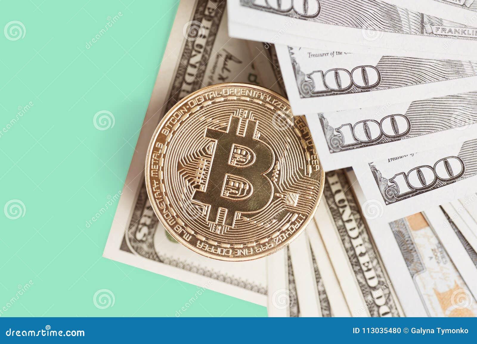 Bitcoin es una moneda de oro en billetes de dólar Pluma, lentes y gráficos