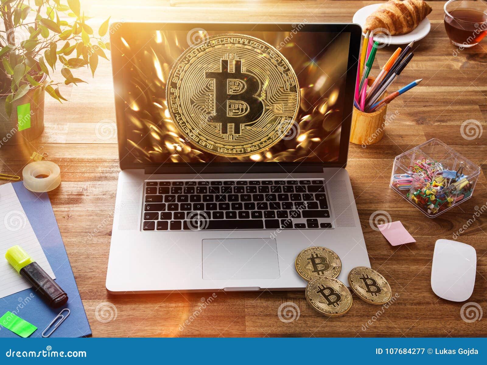 Bitcoin guld- mynt med bärbara datorn Faktiskt cryptocurrencybegrepp