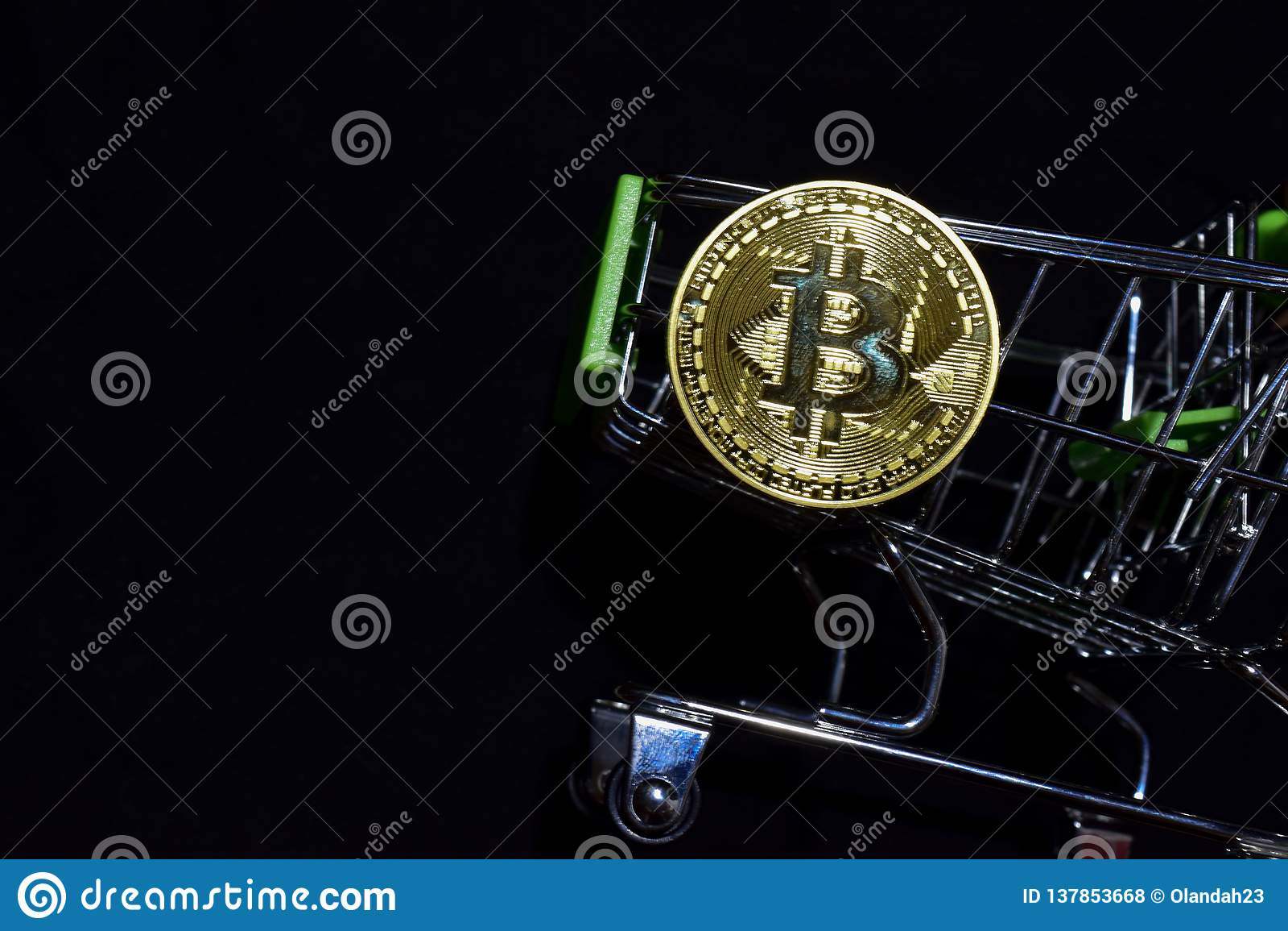 Bitcoin guld och shoppingvagn på svart bakgrund Bitcoin utanför en shoppa vagn äganderätt för home tangent för affärsidé som guld