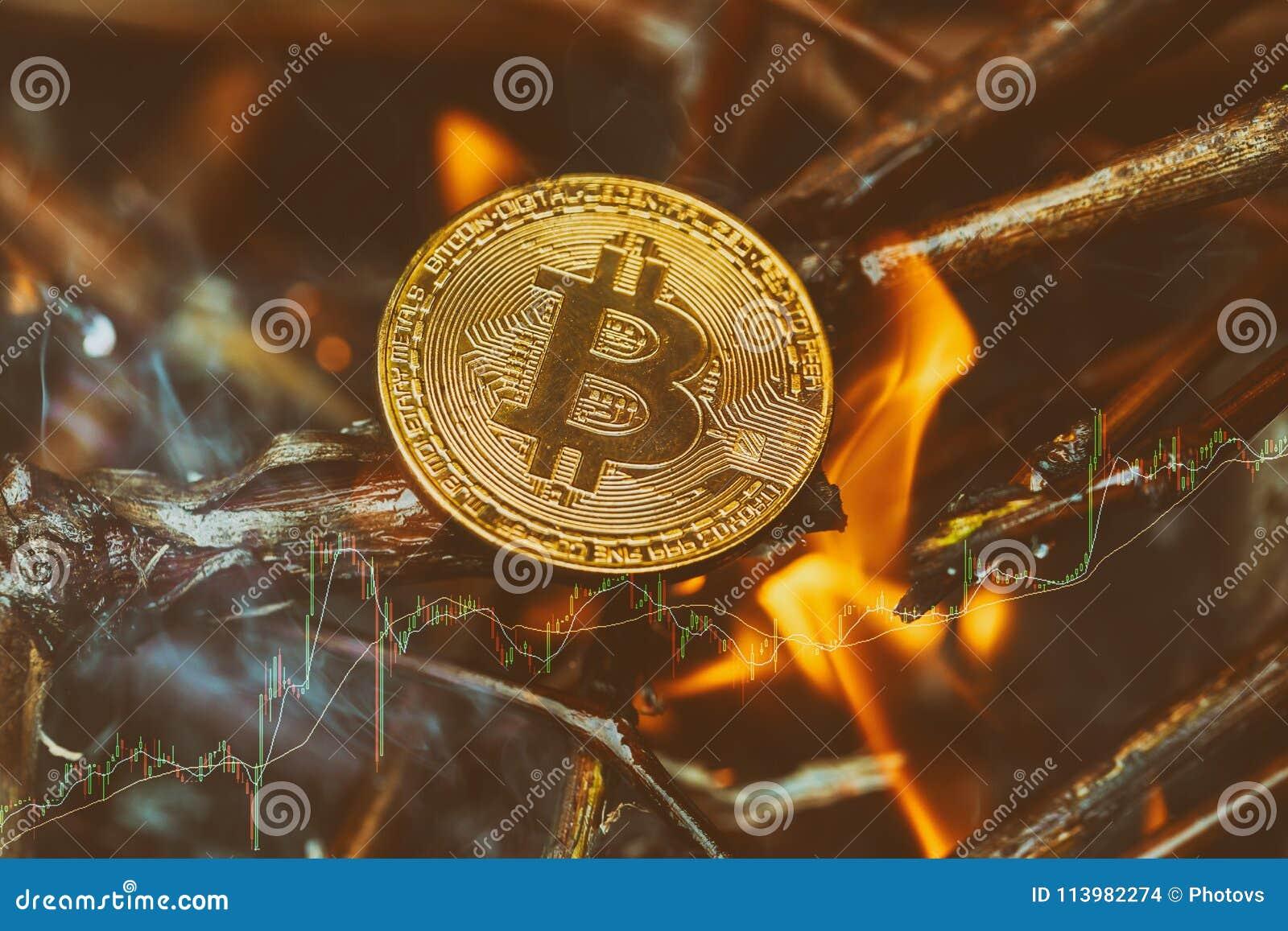Bitcoin - kawałka BTC cryptocurrency pieniądze menniczy palenie w płomieniach i ogieniu błyska