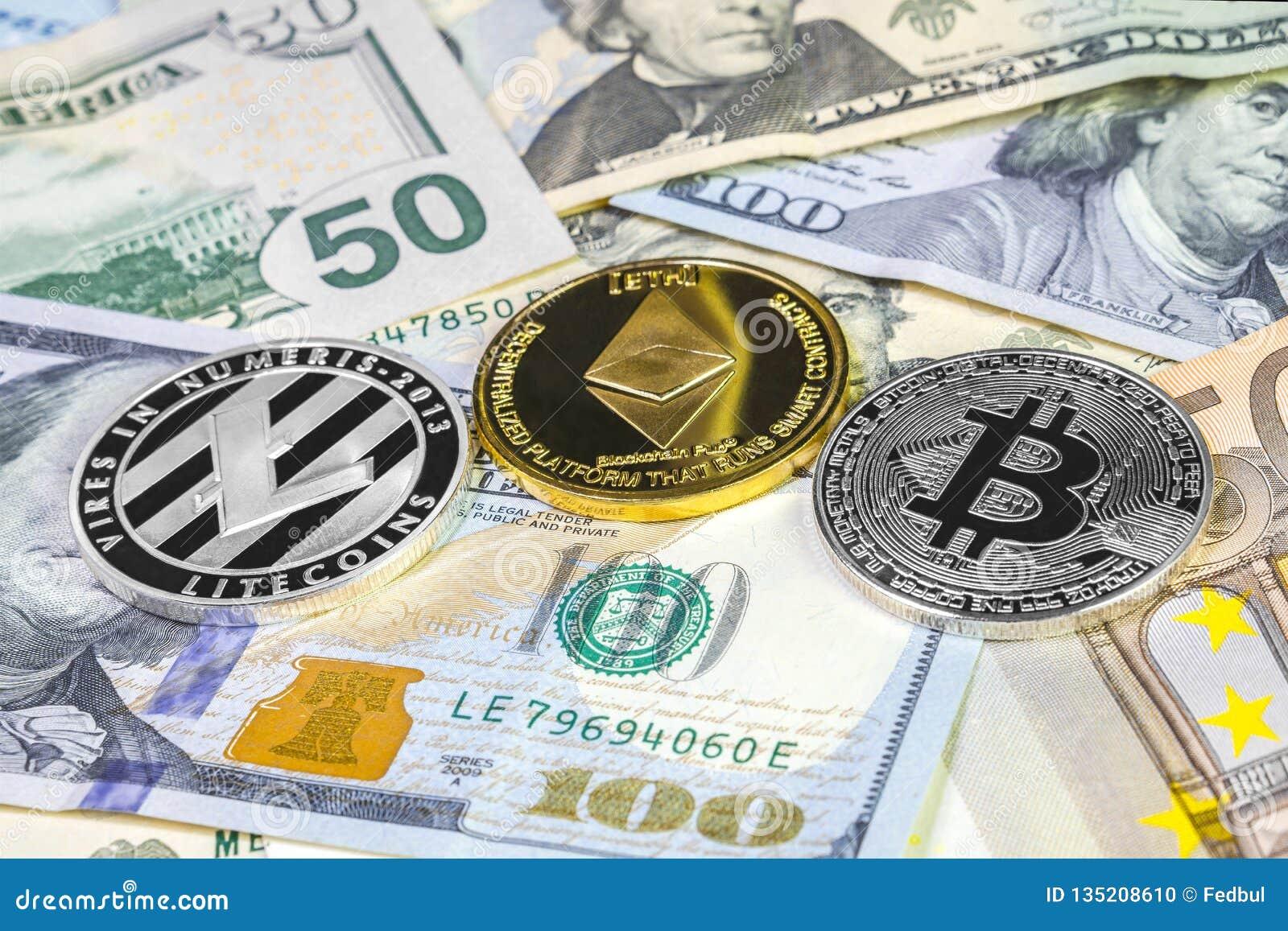 Bitcoin, litecoin- och ethereummynt på dollar och euroräkningar Cryptocurrency bakgrund