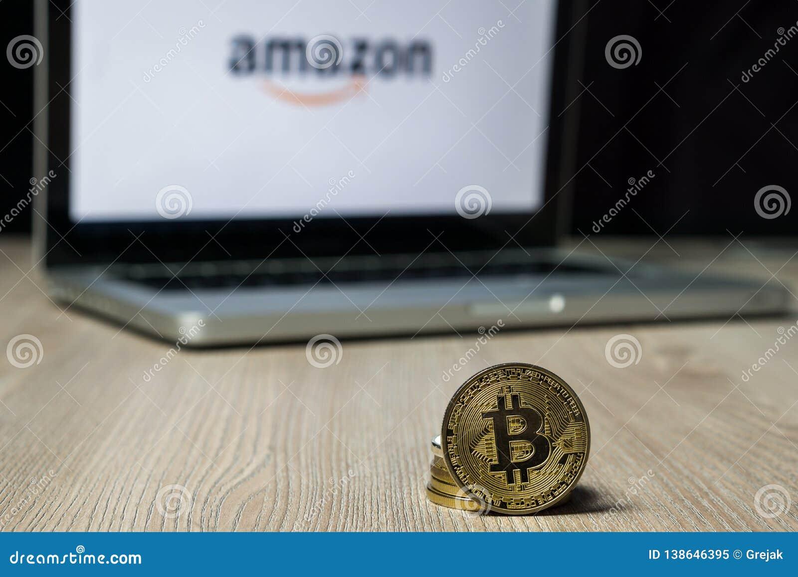 Bitcoin-Münze mit dem Amazonas-Logo auf einem Laptopschirm, Slowenien - 23. Dezember 2018