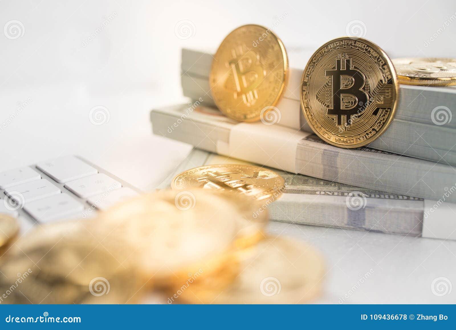 Bitcoin met toetsenbord en contant geld