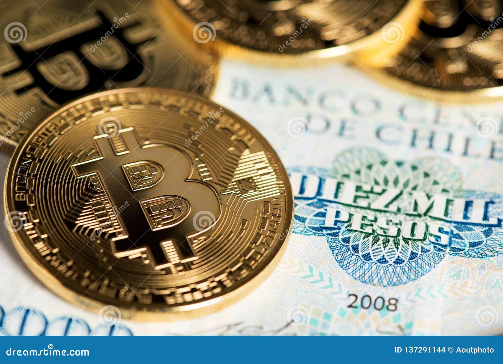 Bitcoin monety na Chilijskim banknocie zamykają w górę wizerunku Bitcoin z Chilijskich peso banknotem