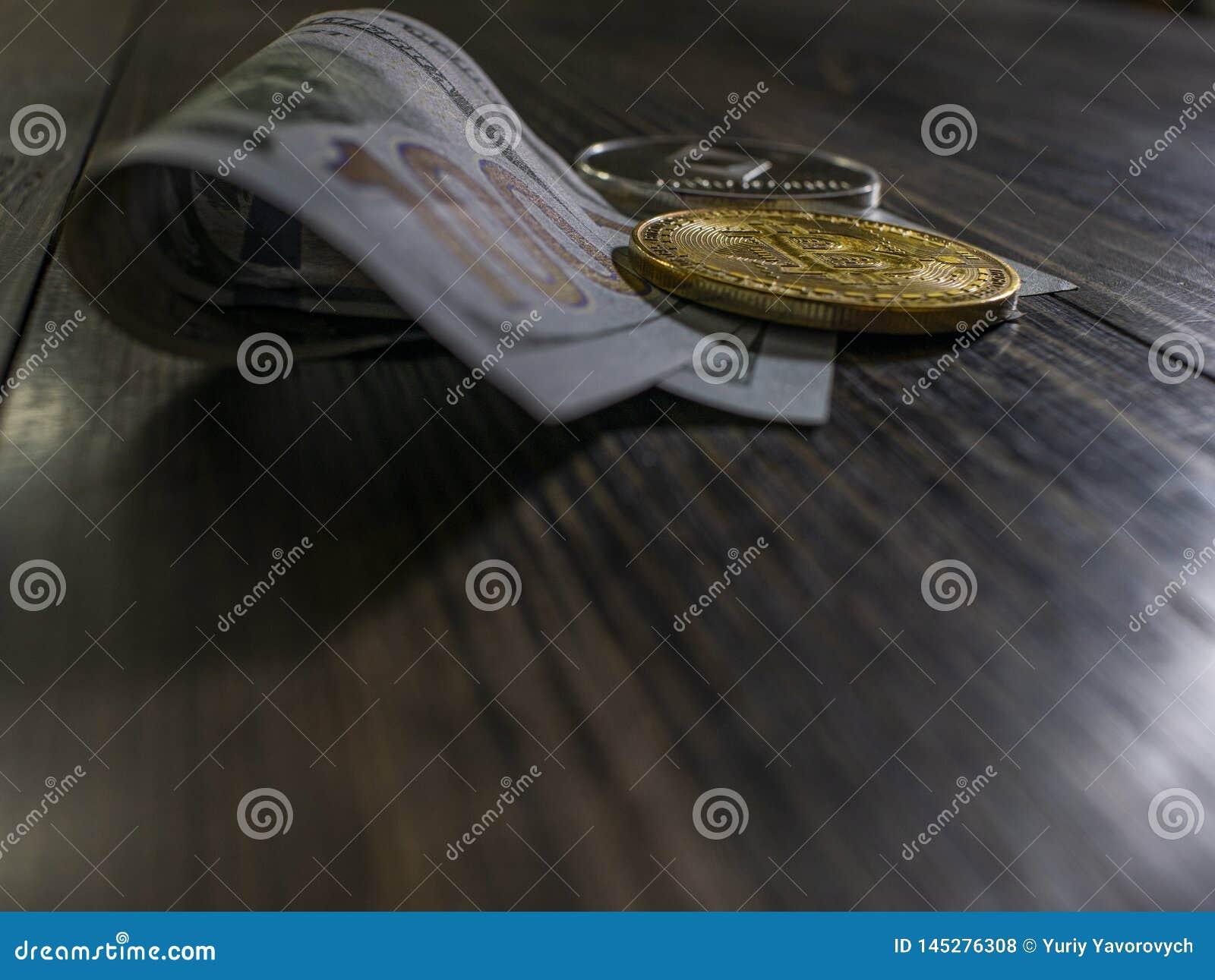 Bitcoin och Ethereum p? sedlar av hundra dollar p? en tr?bakgrund Begreppsm?ssig bild f?r v?rldsomsp?nnande cryptocurrency och