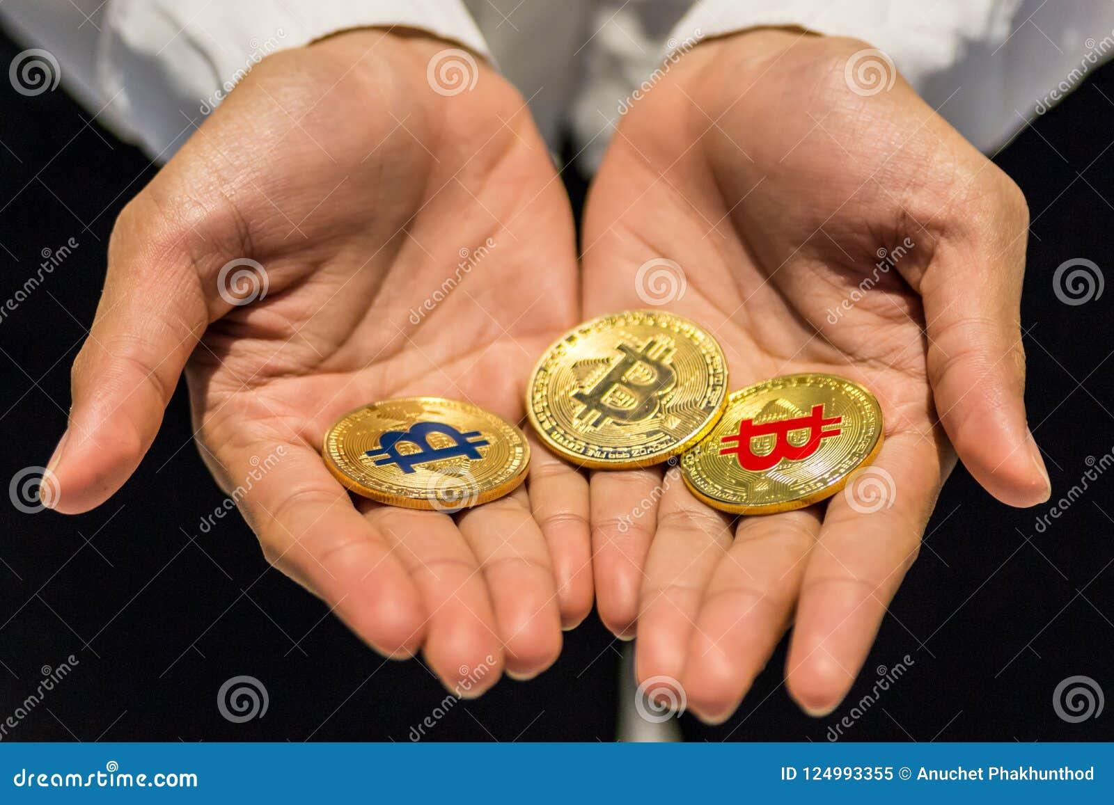 Bitcoin w ręce, wojna bitcoin, ciągnienia bitcoin z ręką wręczać, m