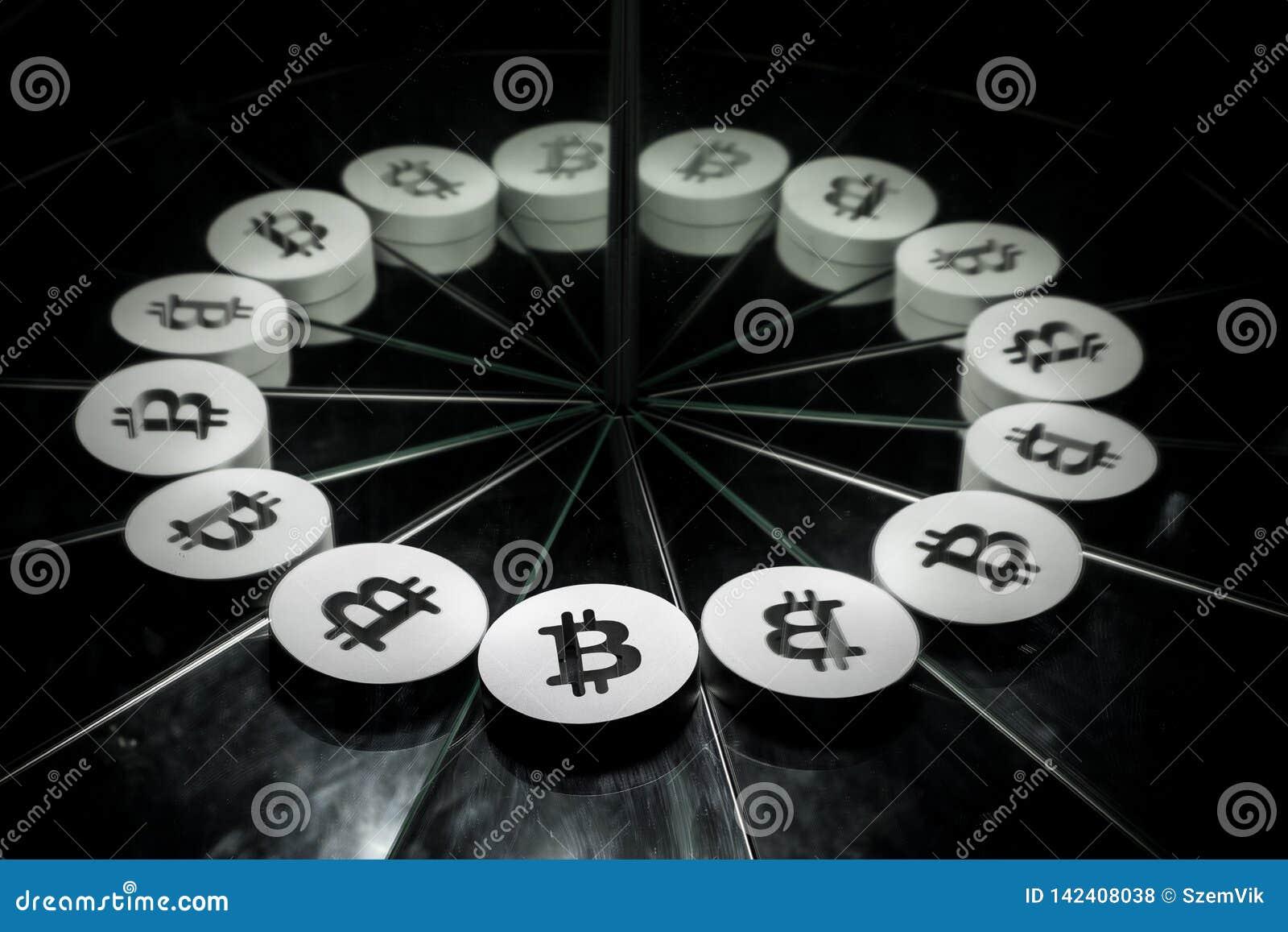 Bitcoin waluty Crypto symbol na Lustrzanym i Zakrywający w dymu