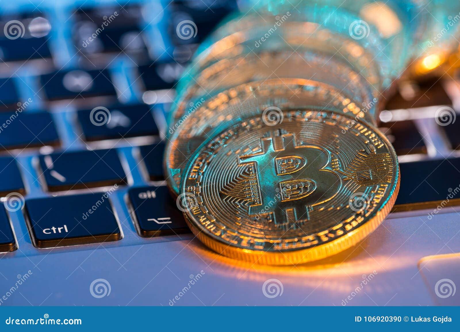 Bitcoin złociste monety z laptop klawiaturą Wirtualny cryptocurrency pojęcie