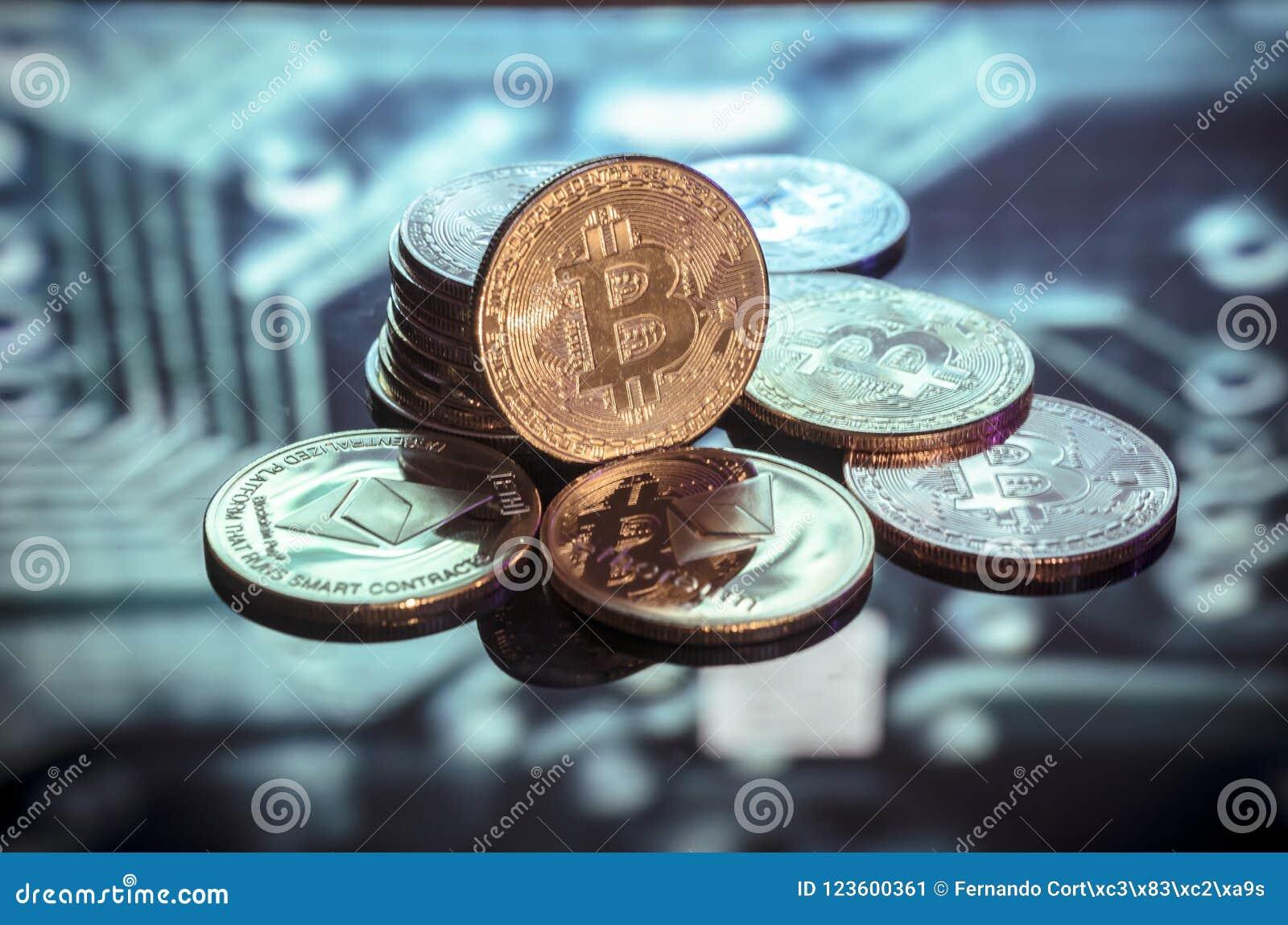 Bitcoin złoto, monety i defocused drukowany circ, srebne i miedziane