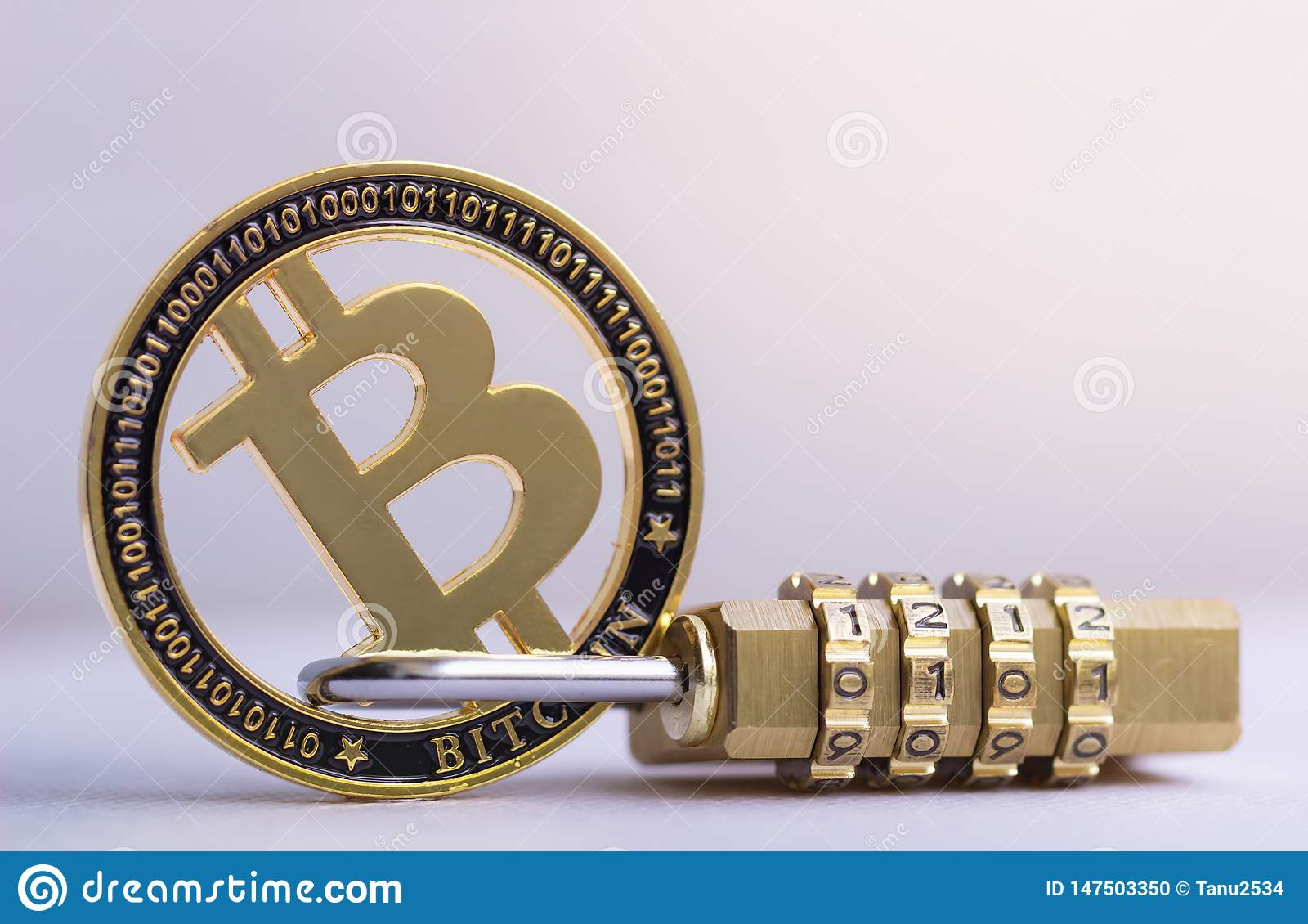 Bitcoin z?ocista moneta z k??dki lying on the beach na bia?ym tle Bitcoin ochrona