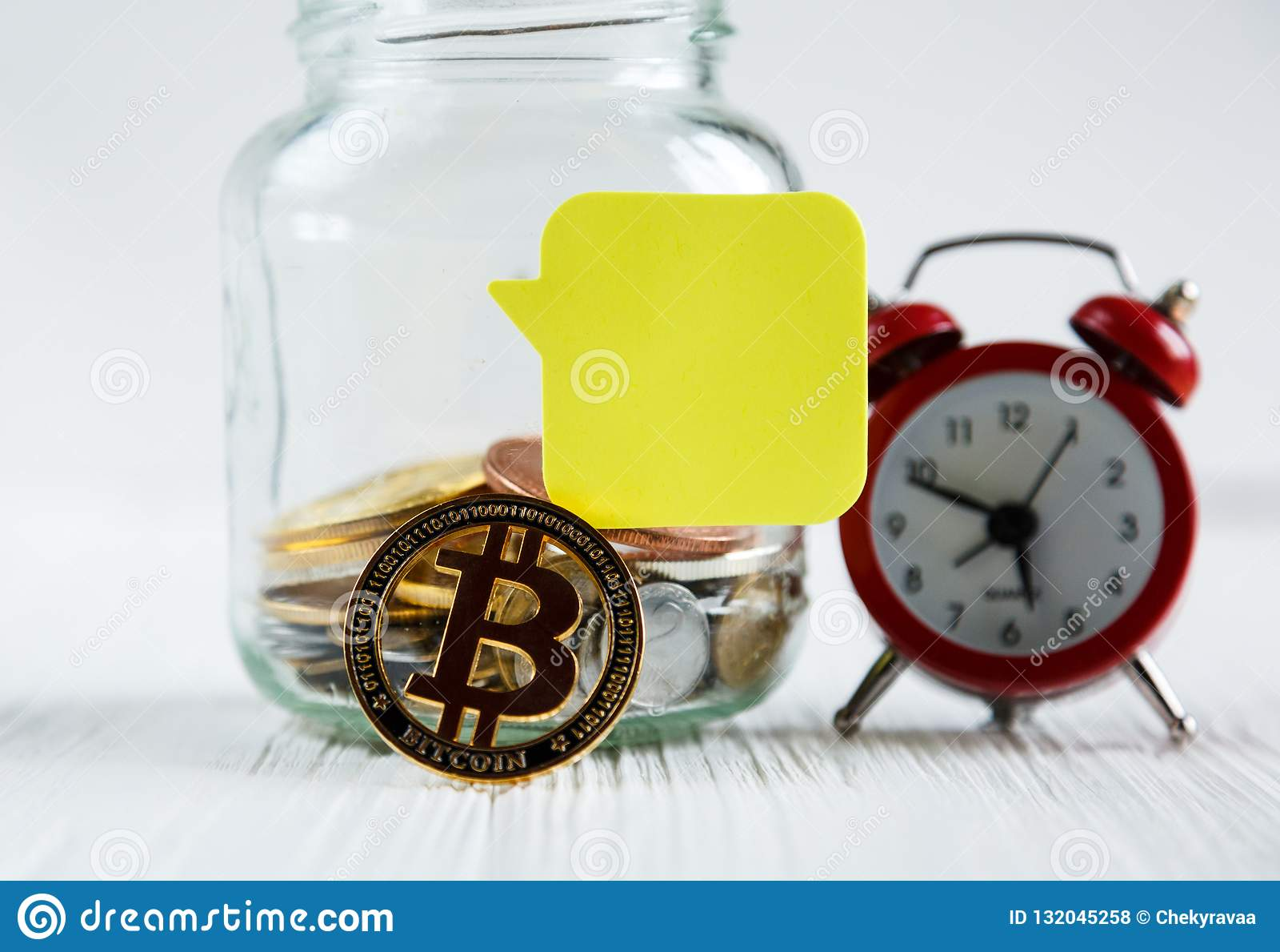 Bitcoins brązowa złota moneta w szklanym słoju na białym drewnianym stole Set cryptocurrencies z istnym euro, dolary w słoju