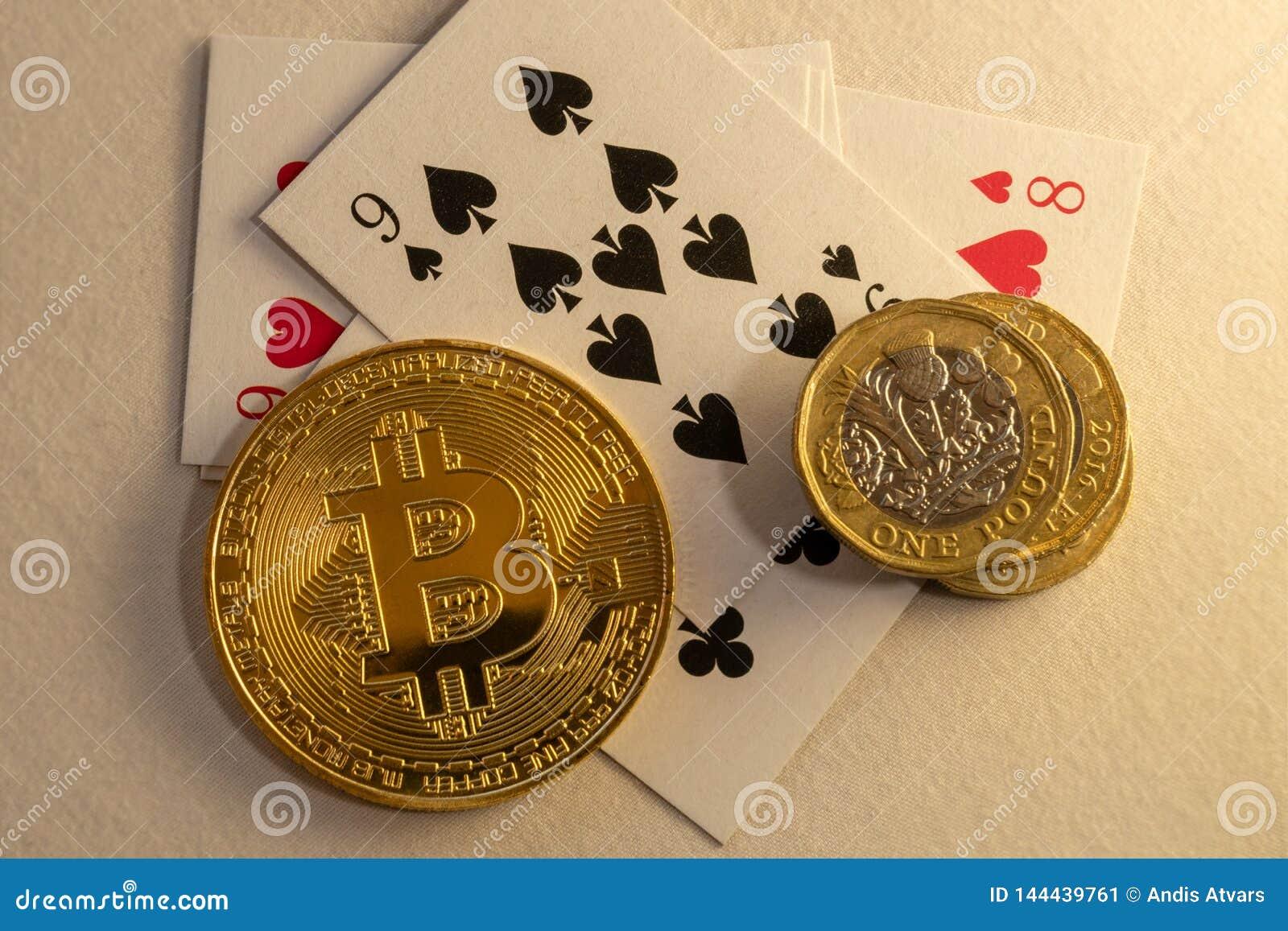 Bitcoins die op de lijst met bos van muntstukken en kaarten op de achtergrond bepalen Online het gokken concepten
