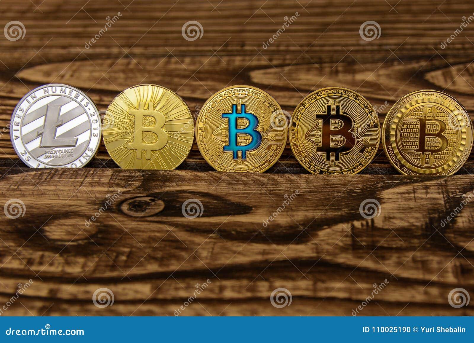Bitcoins en ethereumtribune op oude houten achtergrond