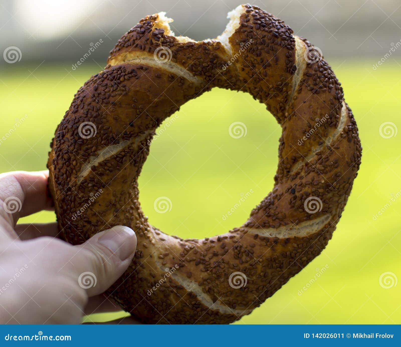Biten simit Turkiska baglar med sesam traditionellt mellanmål