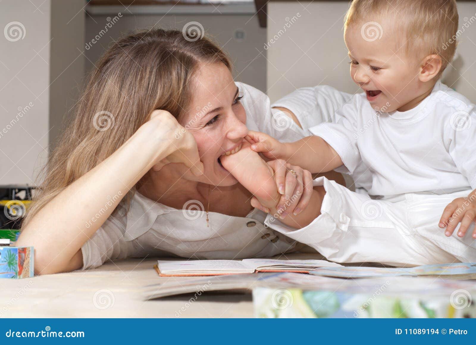Фото дочка лижит матери, Подросток лижет письку мамочке и трахает 22 фотография